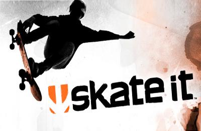 patina desnuda delante de unos skaters