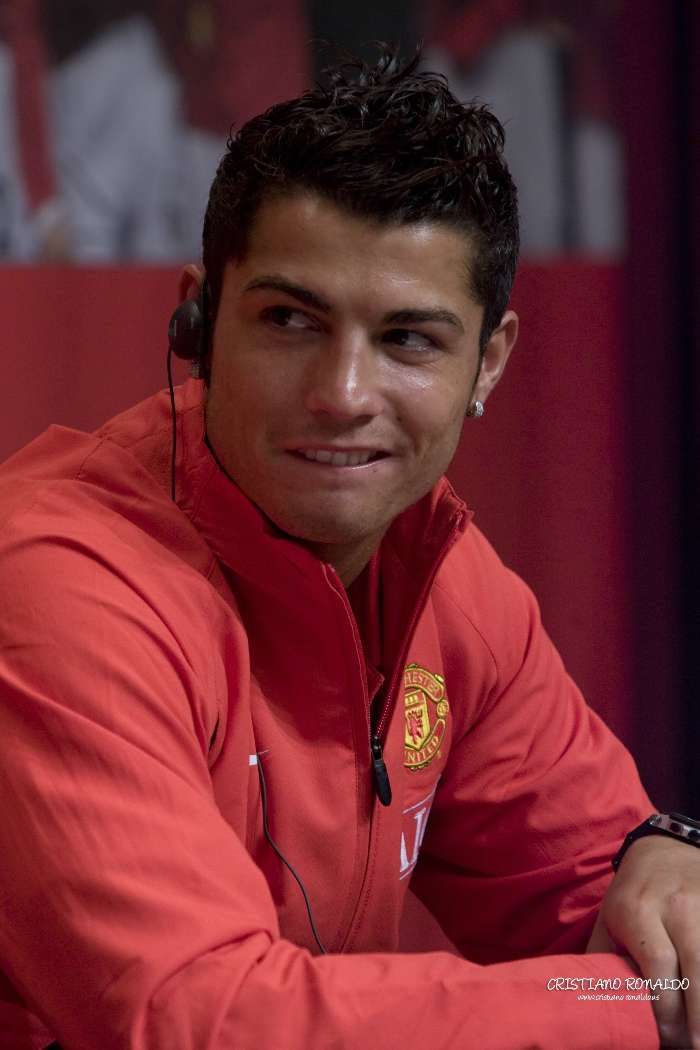 Download mobile wallpaper Sports, People, Football, Men, Cristiano Ronaldo for free.