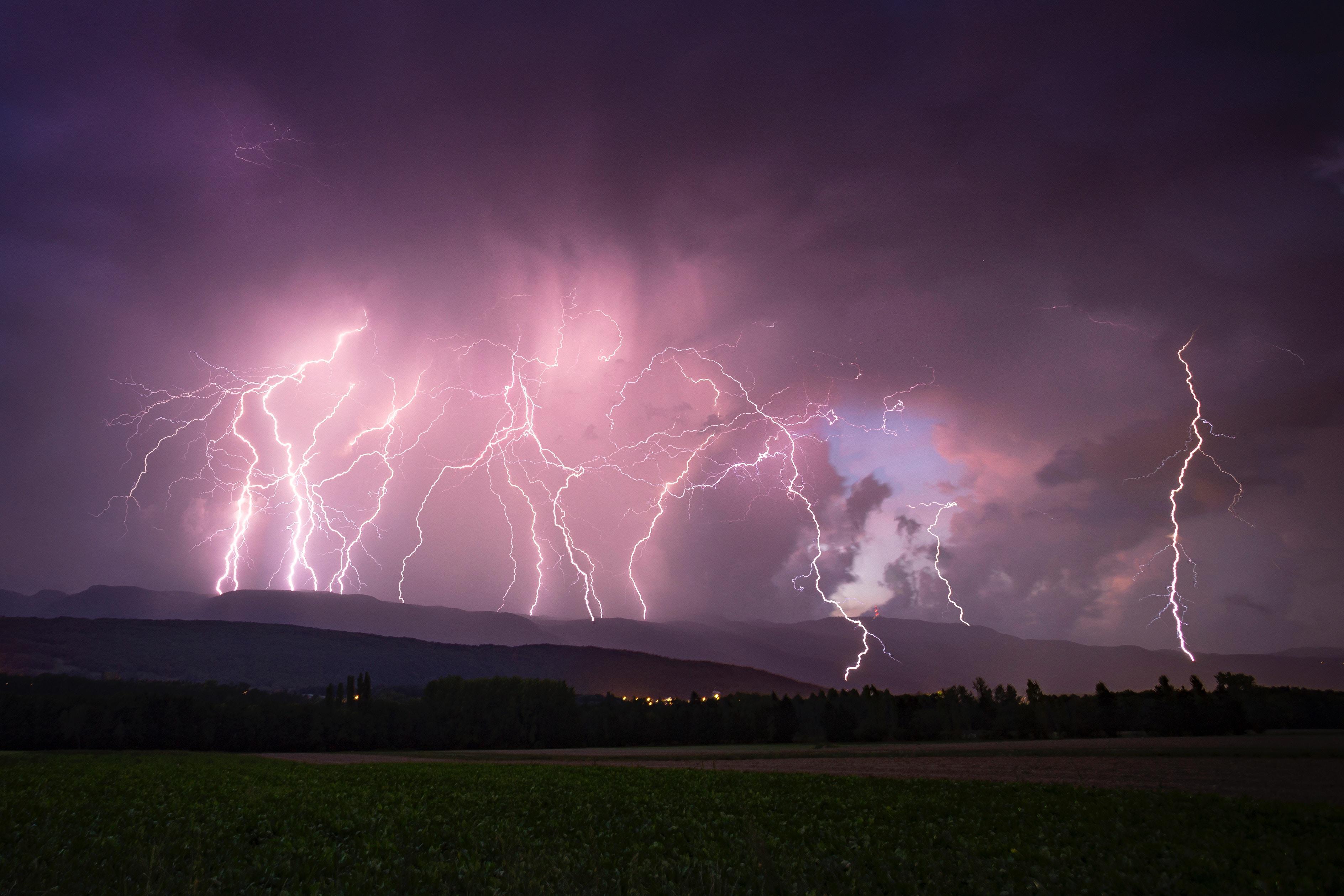 52016 Заставки и Обои Молния на телефон. Скачать Молния, Природа, Небо, Ночь, Горизонт, Пасмурно, Гроза картинки бесплатно