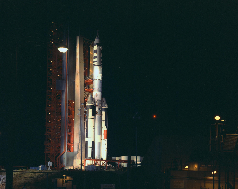 86601 скачать обои Ракета, Космодром, Ночь, Свет, Космос - заставки и картинки бесплатно