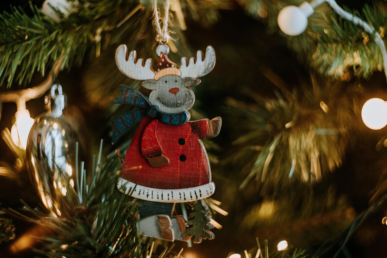 91058 papel de parede 1080x2400 em seu telefone gratuitamente, baixe imagens Férias, Ano Novo, Natal, Decoração, Veado, Cervo, Brinquedo Árvore De Natal, Brinquedo De Árvore De Natal 1080x2400 em seu celular