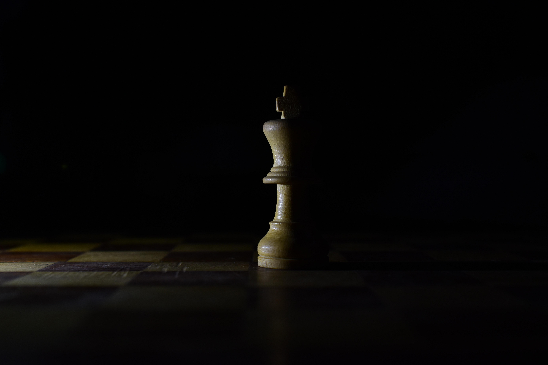 手機的85444屏保和壁紙游戏。 免費下載 黑暗的, 黑暗, 国王, 数字, 形状, 游戏, 木板, 白板, 阴影, 棋 圖片