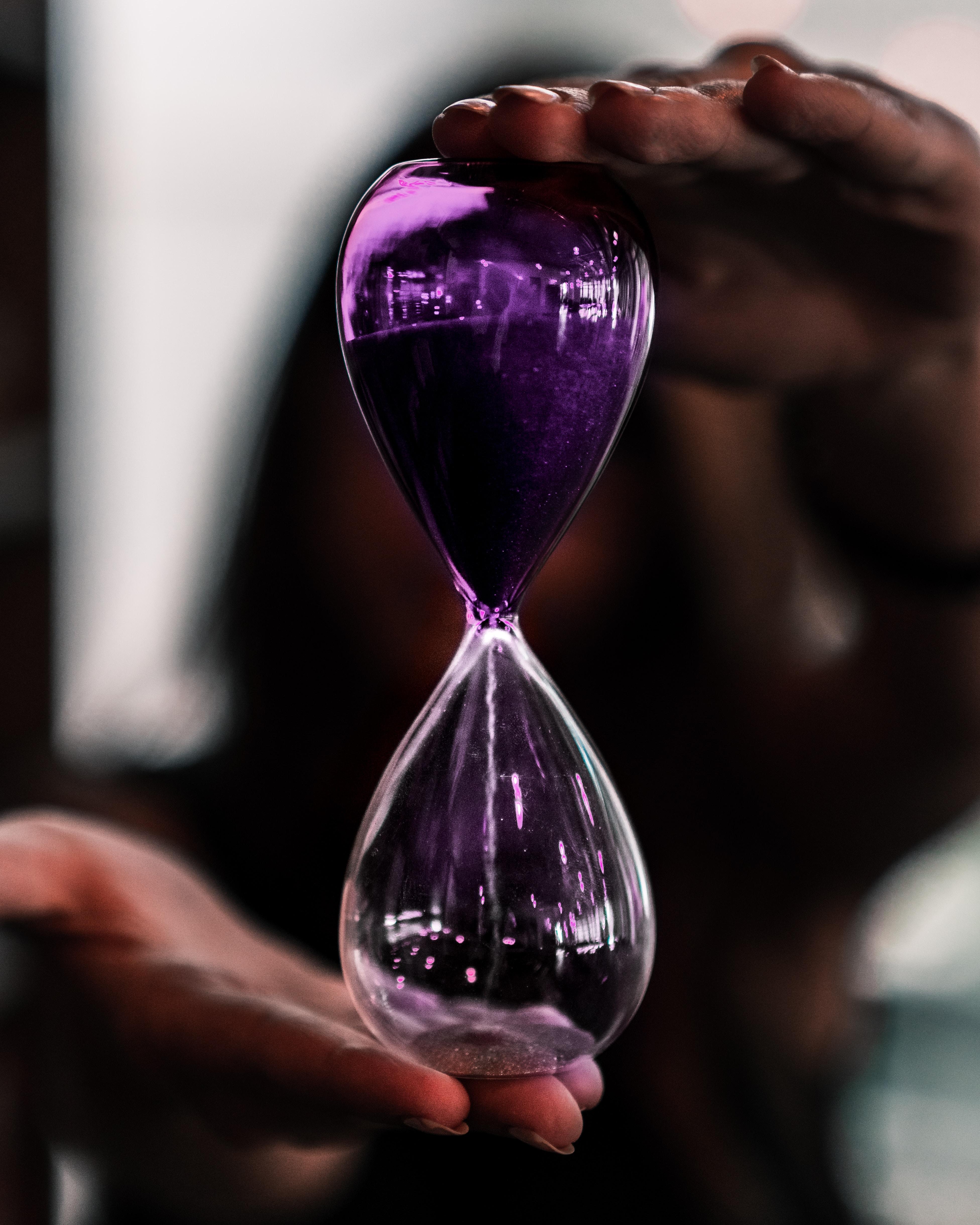 91243 Hintergrundbild herunterladen Sand, Verschiedenes, Sonstige, Glas, Hände, Zeit, Es Ist Zeit, Sanduhr - Bildschirmschoner und Bilder kostenlos