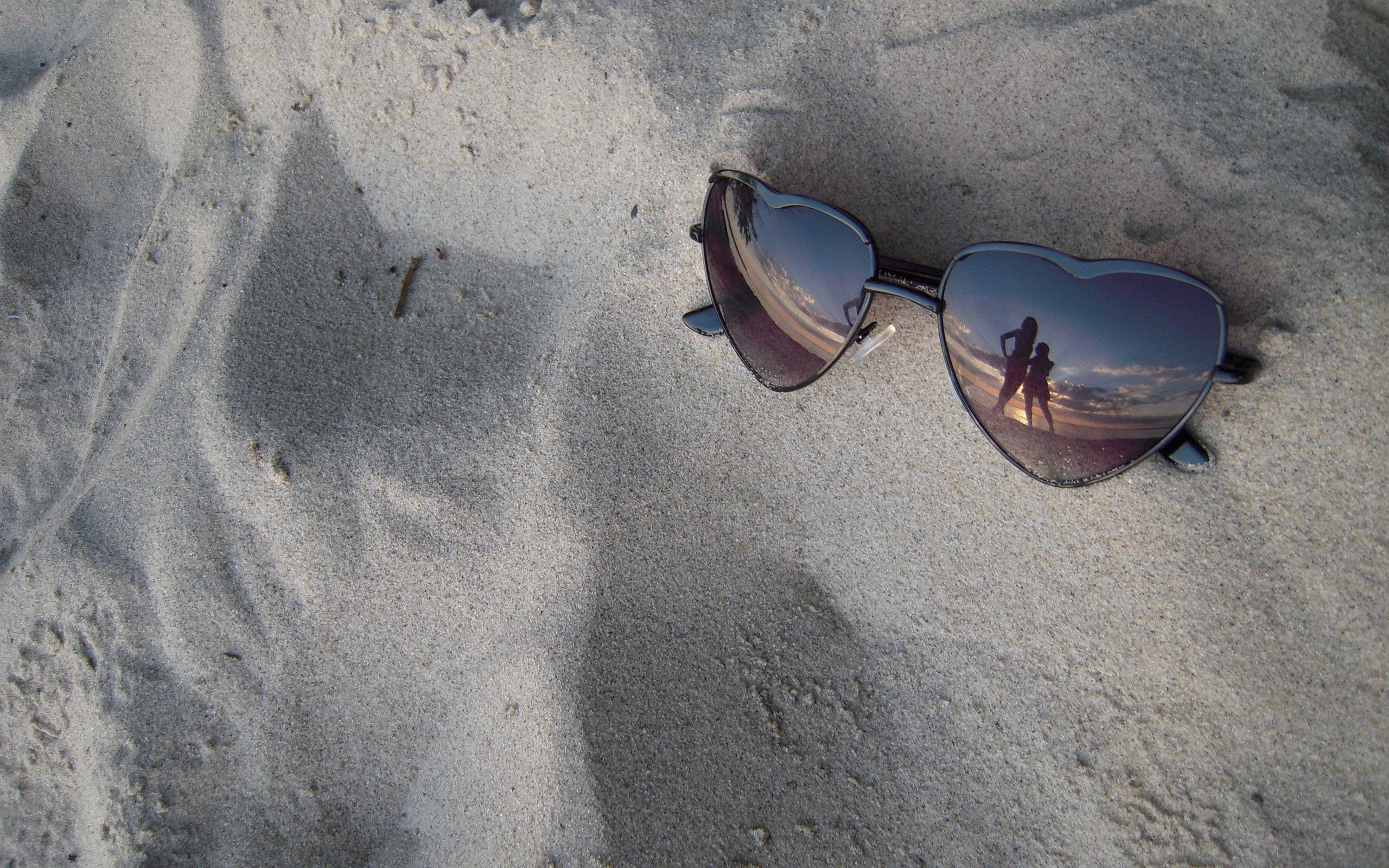 155539 download wallpaper Miscellanea, Miscellaneous, Glasses, Spectacles, Sand, Reflection screensavers and pictures for free