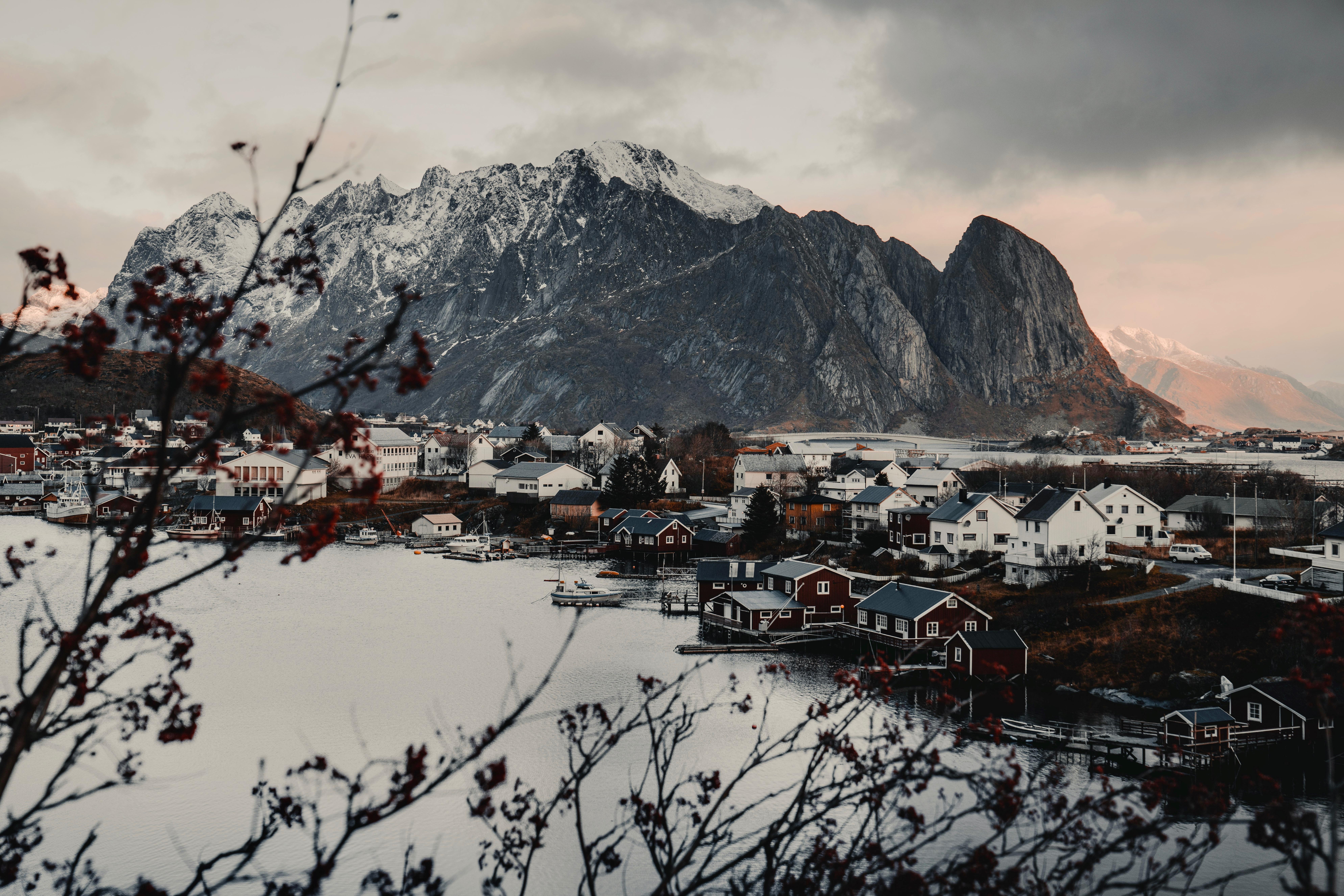84804 Hintergrundbild herunterladen Landschaft, Natur, Häuser, Mountains, See - Bildschirmschoner und Bilder kostenlos