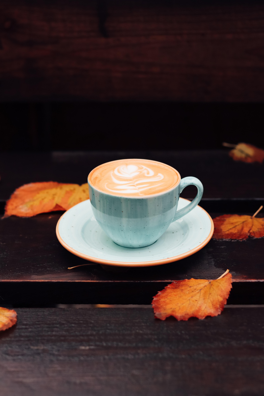 109858 скачать обои Еда, Чашка, Кофе, Листья, Осень - заставки и картинки бесплатно