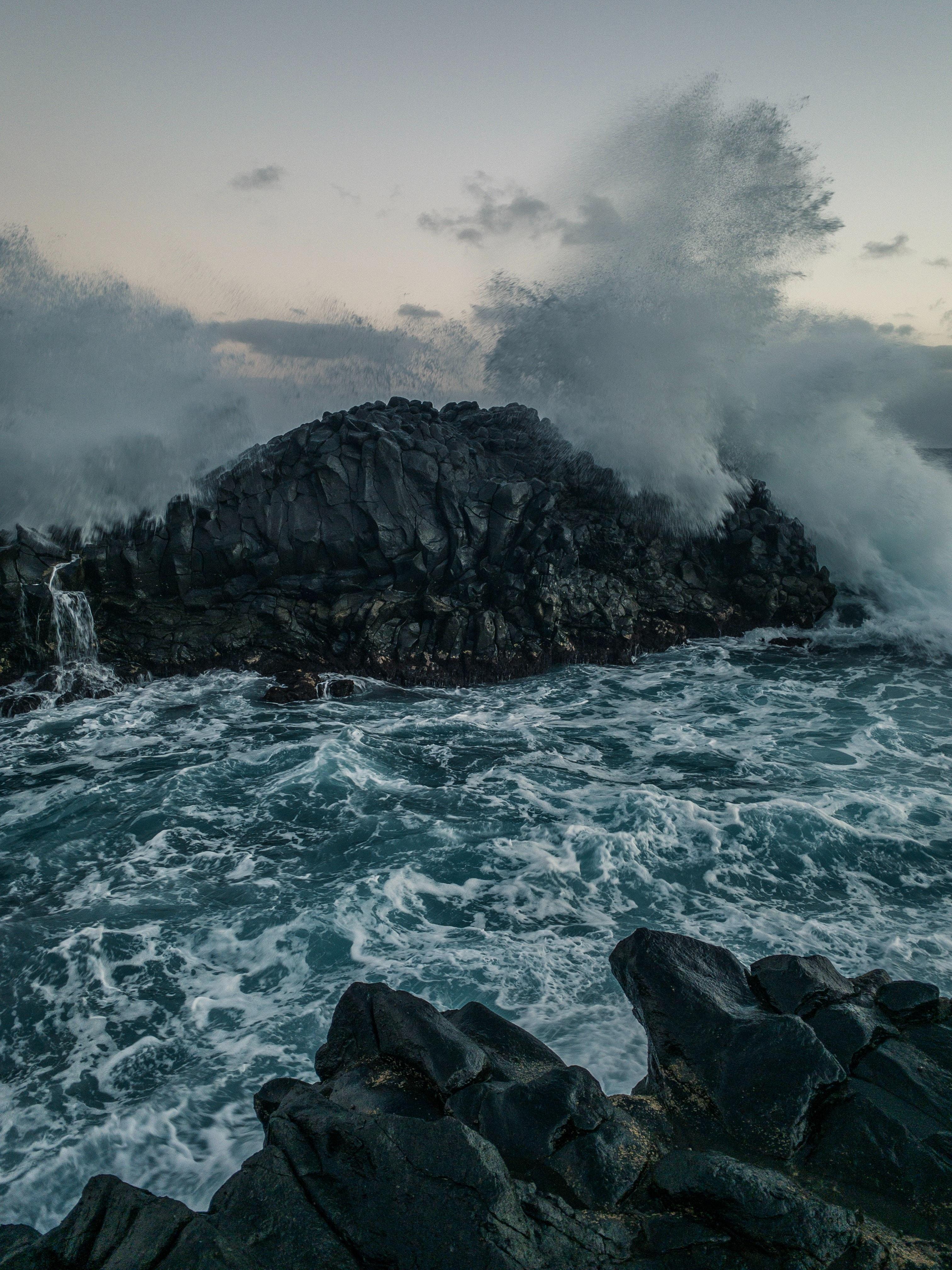 105987 скачать обои Вода, Природа, Море, Волны, Скалы, Брызги, Шторм - заставки и картинки бесплатно