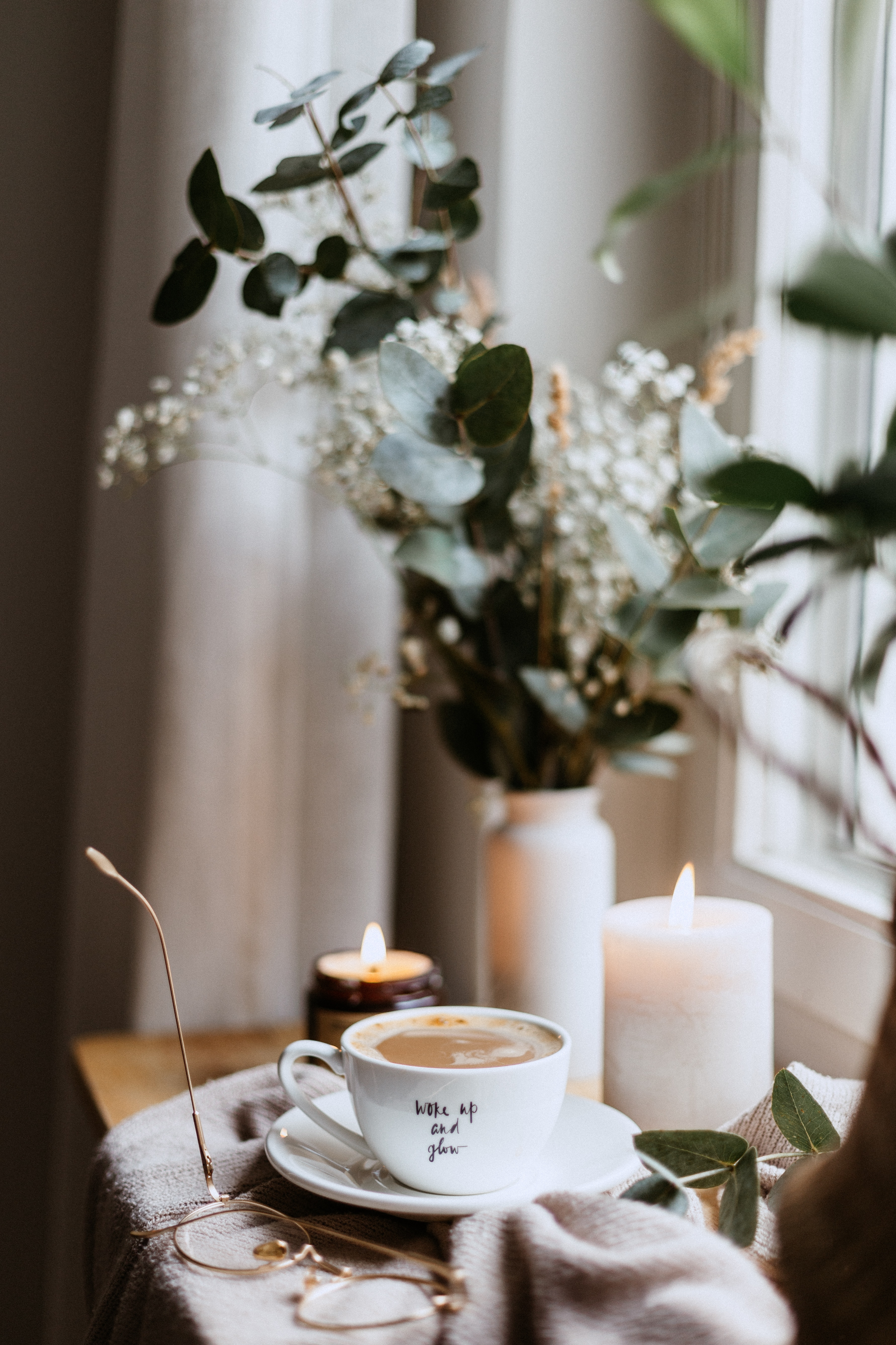 143877 Hintergrundbild herunterladen Kerzen, Coffee, Verschiedenes, Sonstige, Eine Tasse, Tasse, Gemütlichkeit, Komfort, Brille - Bildschirmschoner und Bilder kostenlos