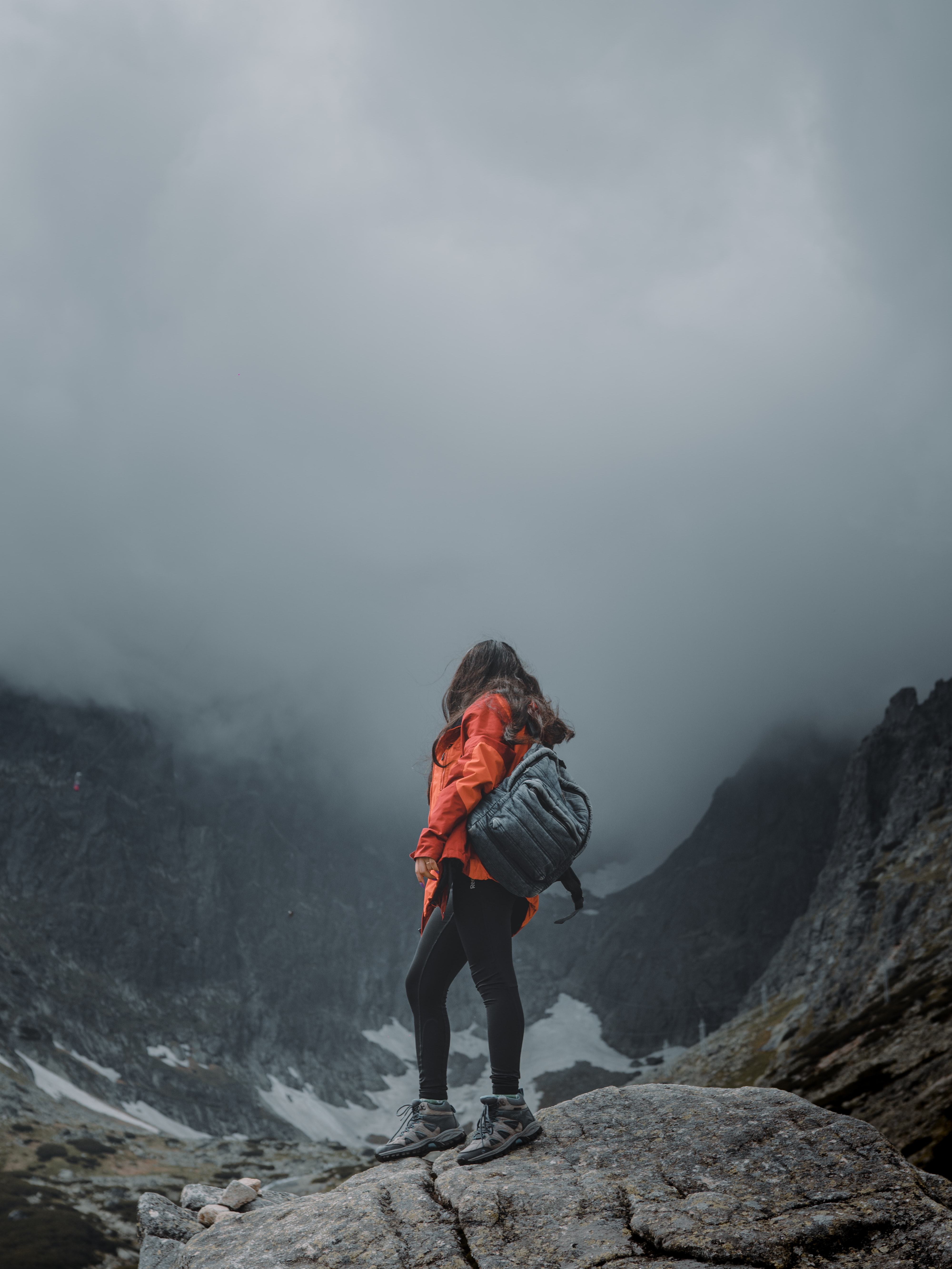 151611 скачать обои Разное, Девушка, Одиночество, Одинокий, Путешествие, Рюкзак, Туман, Скалы - заставки и картинки бесплатно