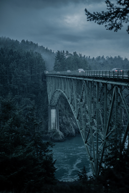 131210 Hintergrundbild 128x160 kostenlos auf deinem Handy, lade Bilder Natur, Mountains, Brücke, Abend, Autos 128x160 auf dein Handy herunter