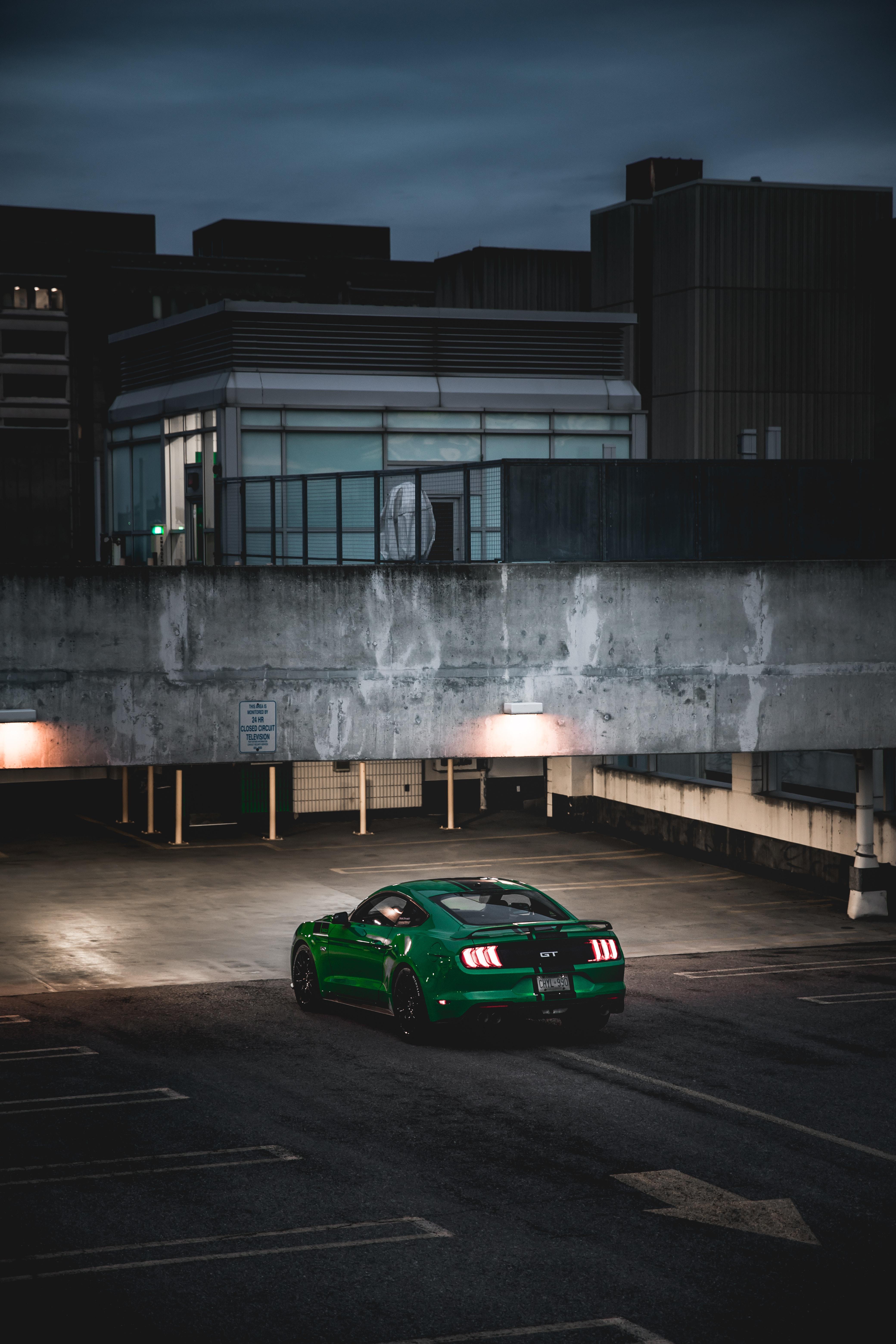 135533 скачать обои Форд (Ford), Тачки (Cars), Машина, Спорткар, Зеленый, Парковка, Ford Mustang - заставки и картинки бесплатно