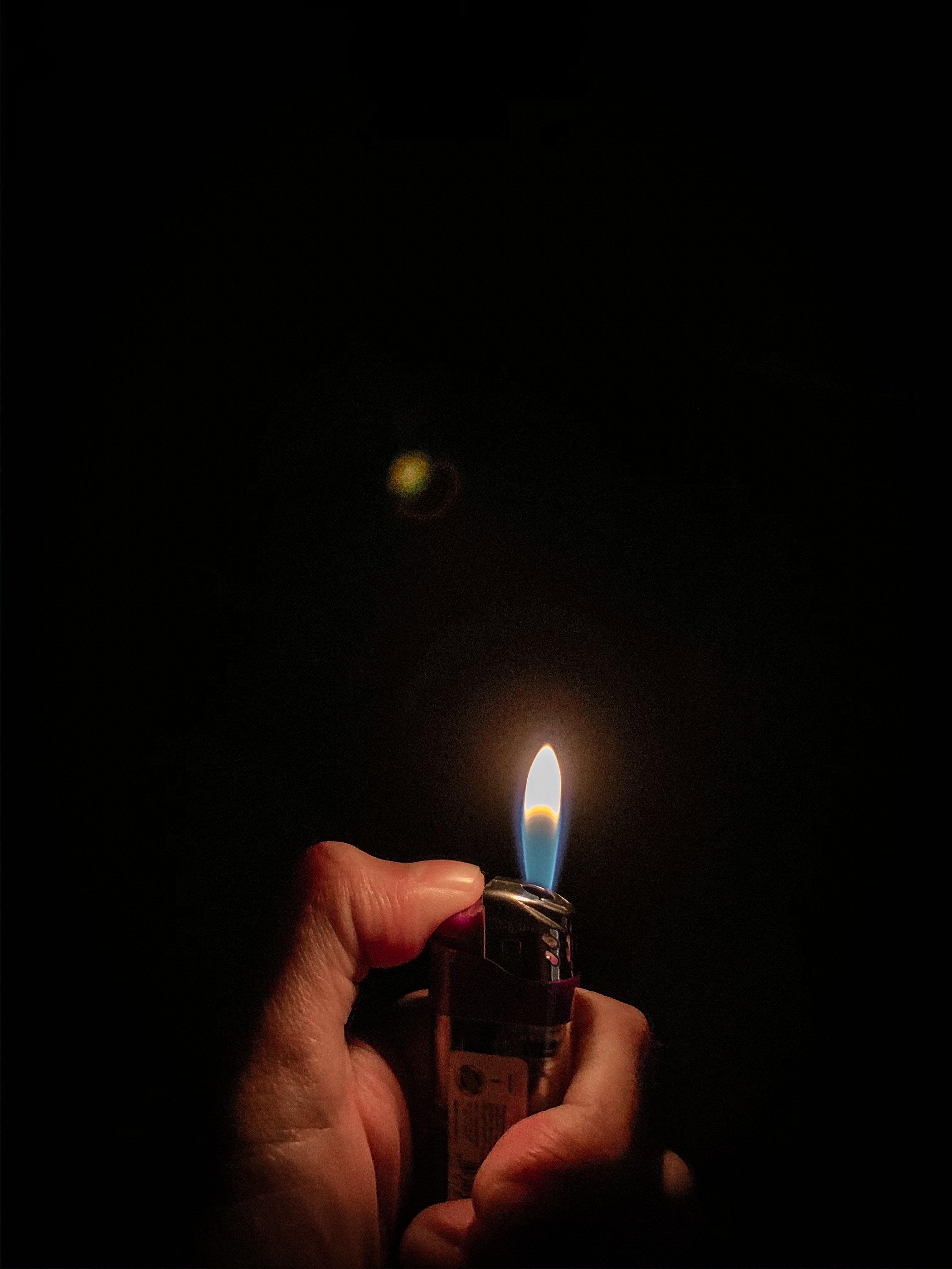100372 免費下載壁紙 黑暗的, 黑暗, 打火机, 火, 手, 手部 屏保和圖片