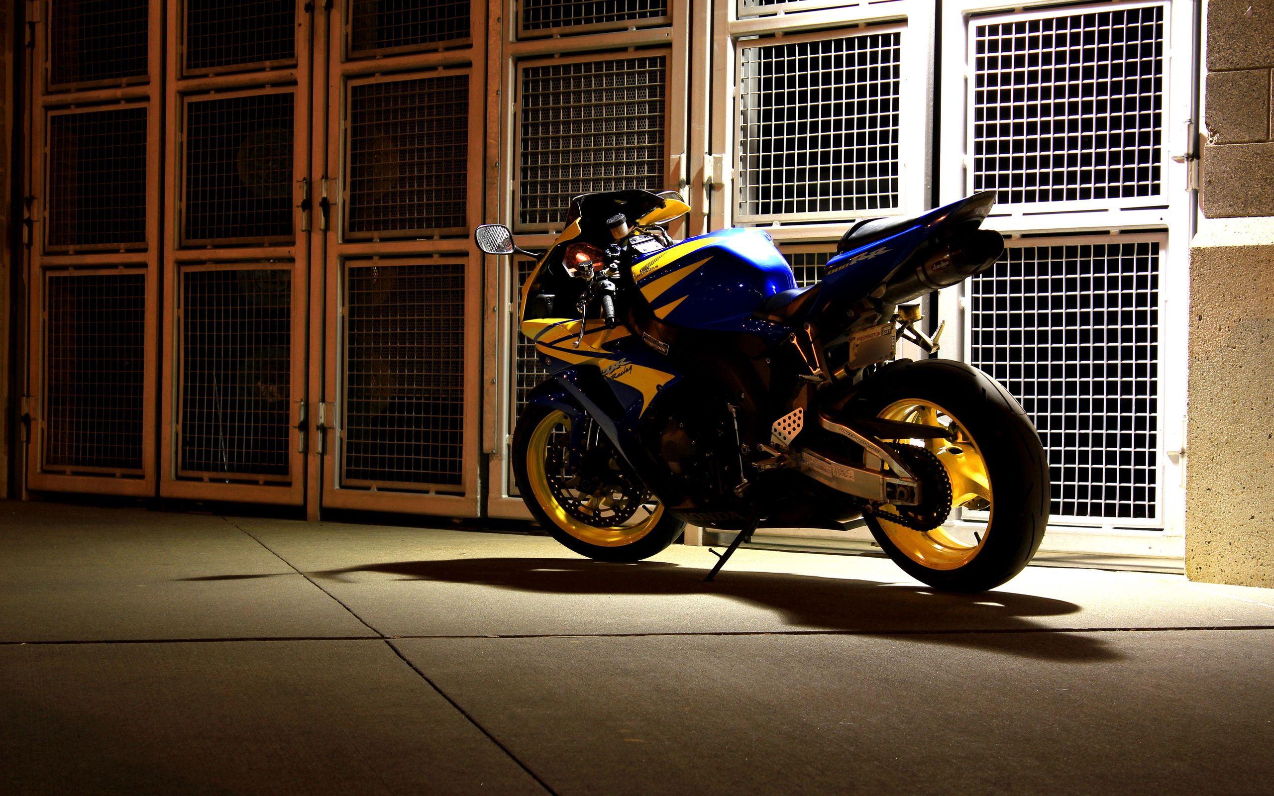 74775 Заставки и Обои Мотоциклы на телефон. Скачать Мотоциклы, Ночь, Мотоцикл, Двор картинки бесплатно