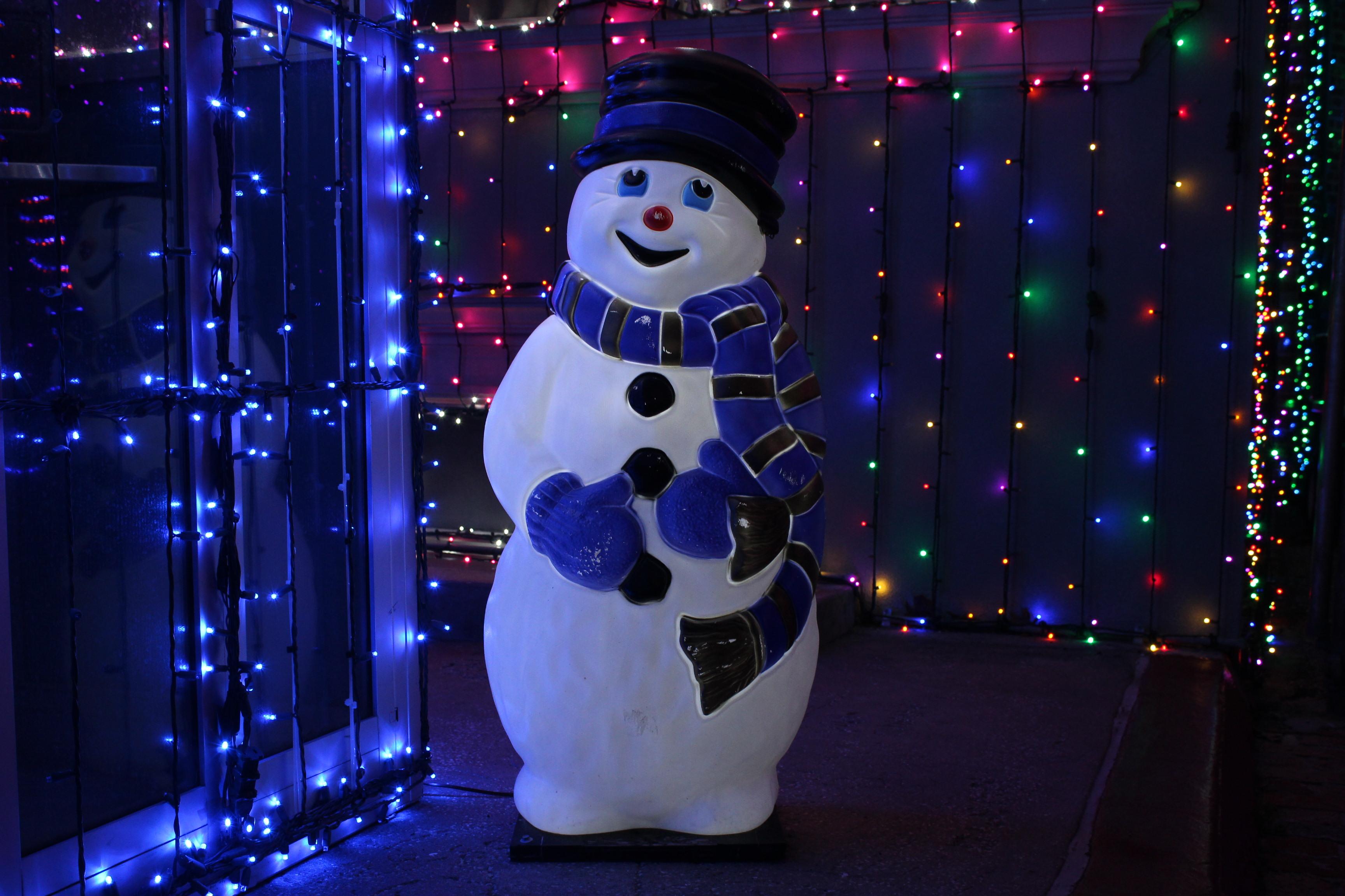 102361 Hintergrundbild herunterladen Feiertage, Neujahr, Weihnachten, Schneemann, Neues Jahr, Hintergrundbeleuchtung, Beleuchtung, Garland, Girlanden - Bildschirmschoner und Bilder kostenlos
