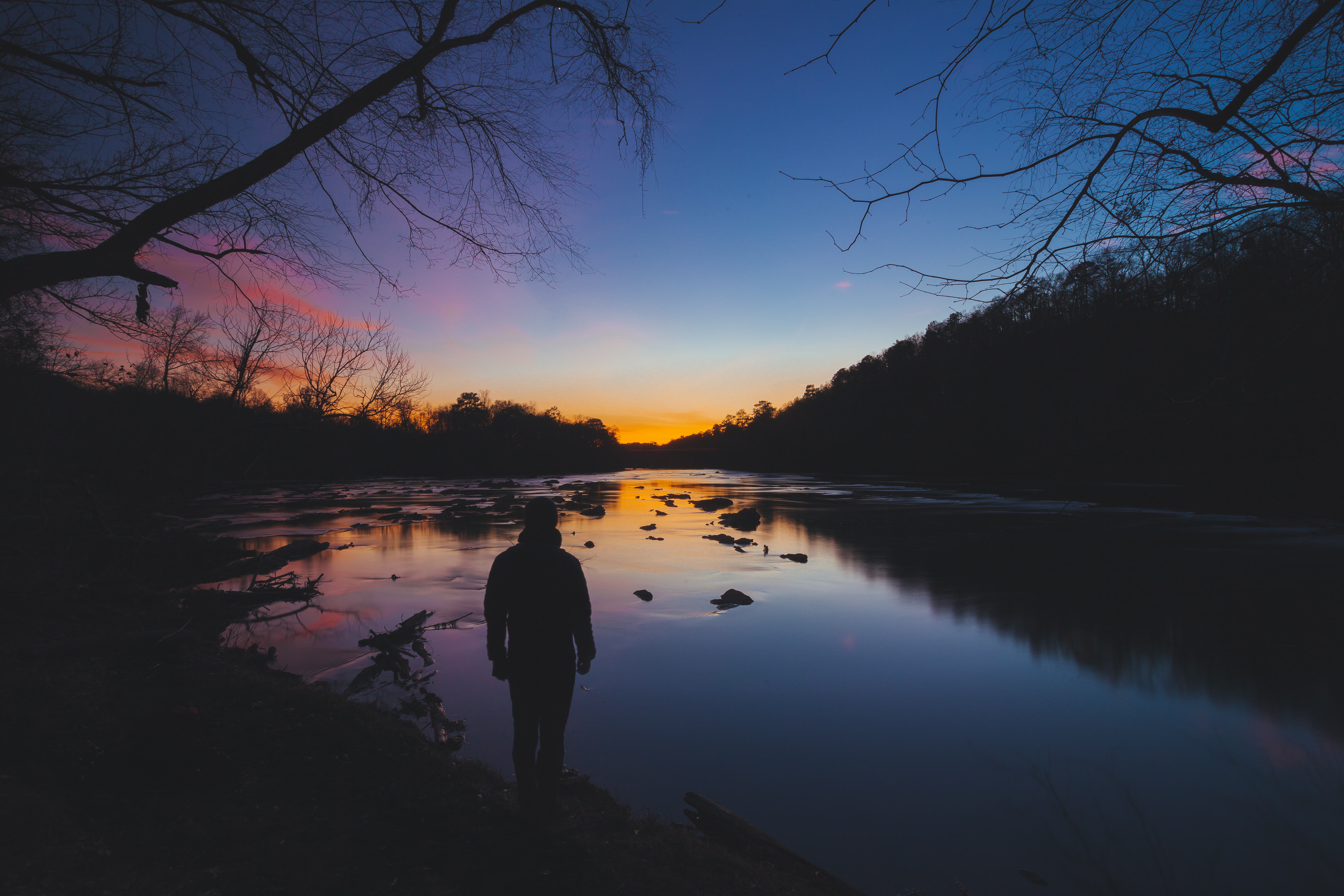 137931 Hintergrundbild 1024x600 kostenlos auf deinem Handy, lade Bilder Flüsse, Bäume, Sky, Dunkel, Silhouette, Mensch, Person, Einsamkeit, Harmonie 1024x600 auf dein Handy herunter