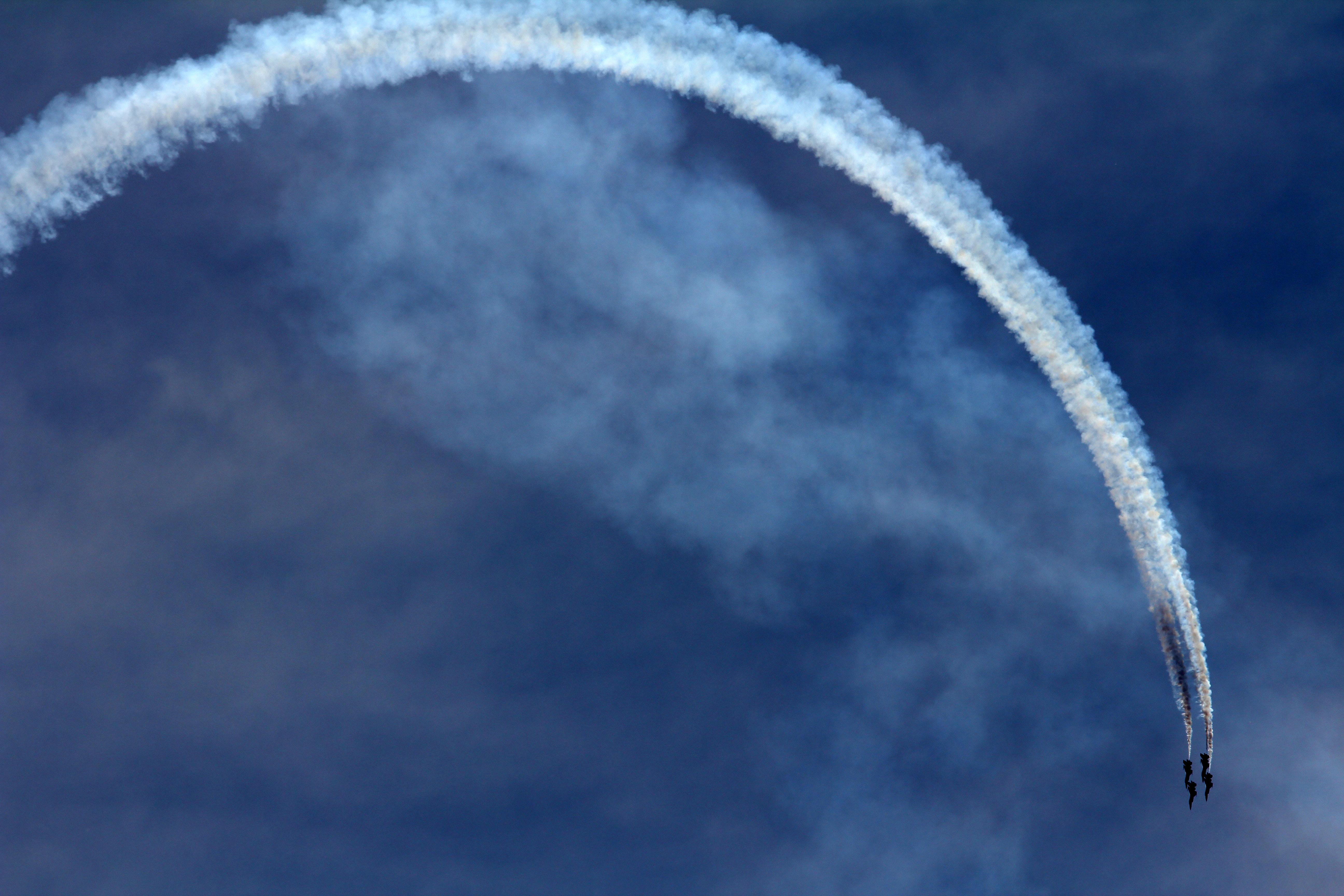 111745 Hintergrundbild herunterladen Sky, Flugzeuge, Verschiedenes, Sonstige, Spur, Kunstflug, Lotsendienste - Bildschirmschoner und Bilder kostenlos
