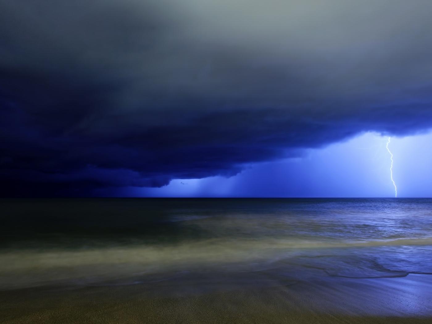Скачать картинку Пейзаж, Море, Молнии в телефон бесплатно.
