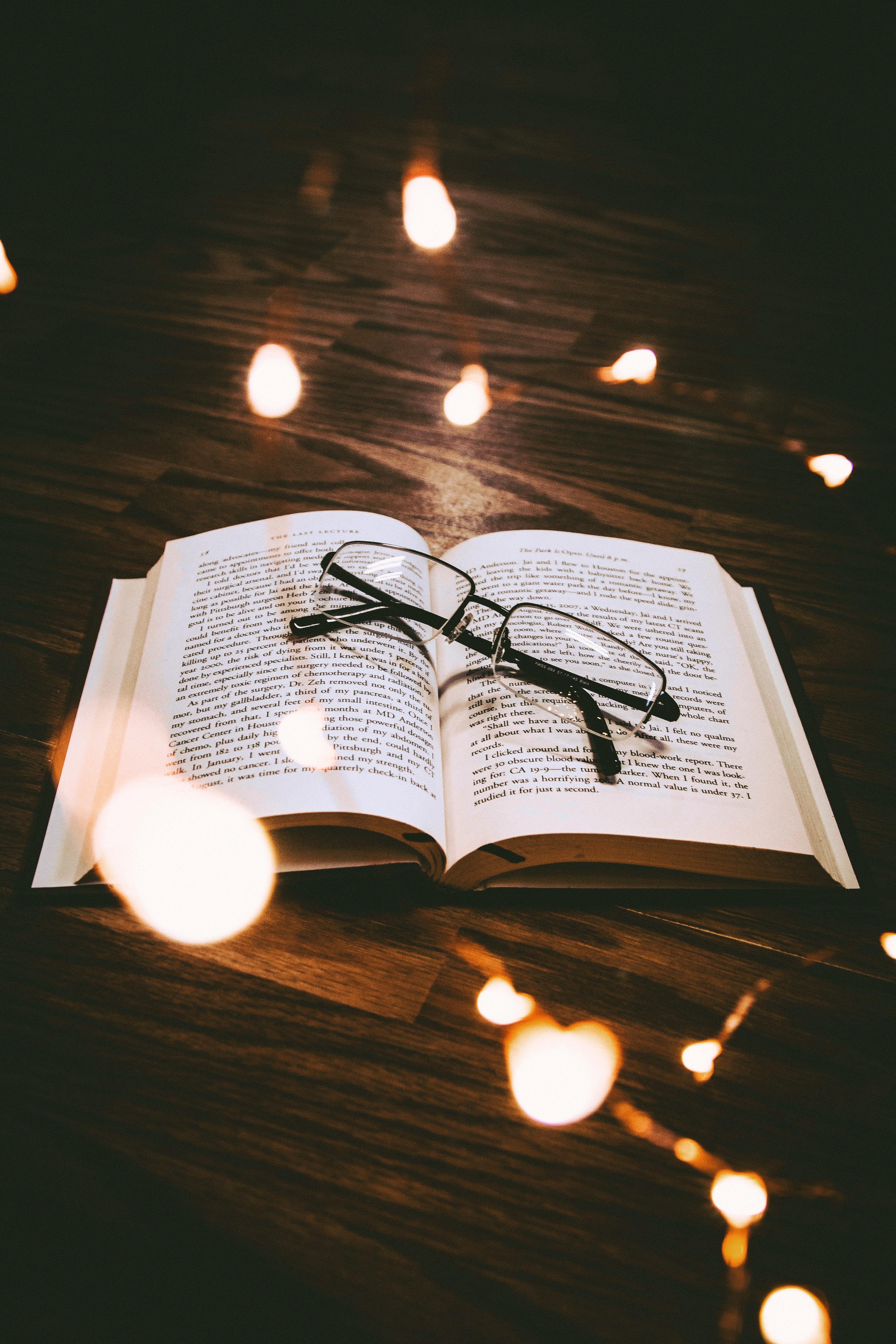 51809 скачать обои Разное, Книга, Очки, Чтение, Блики - заставки и картинки бесплатно