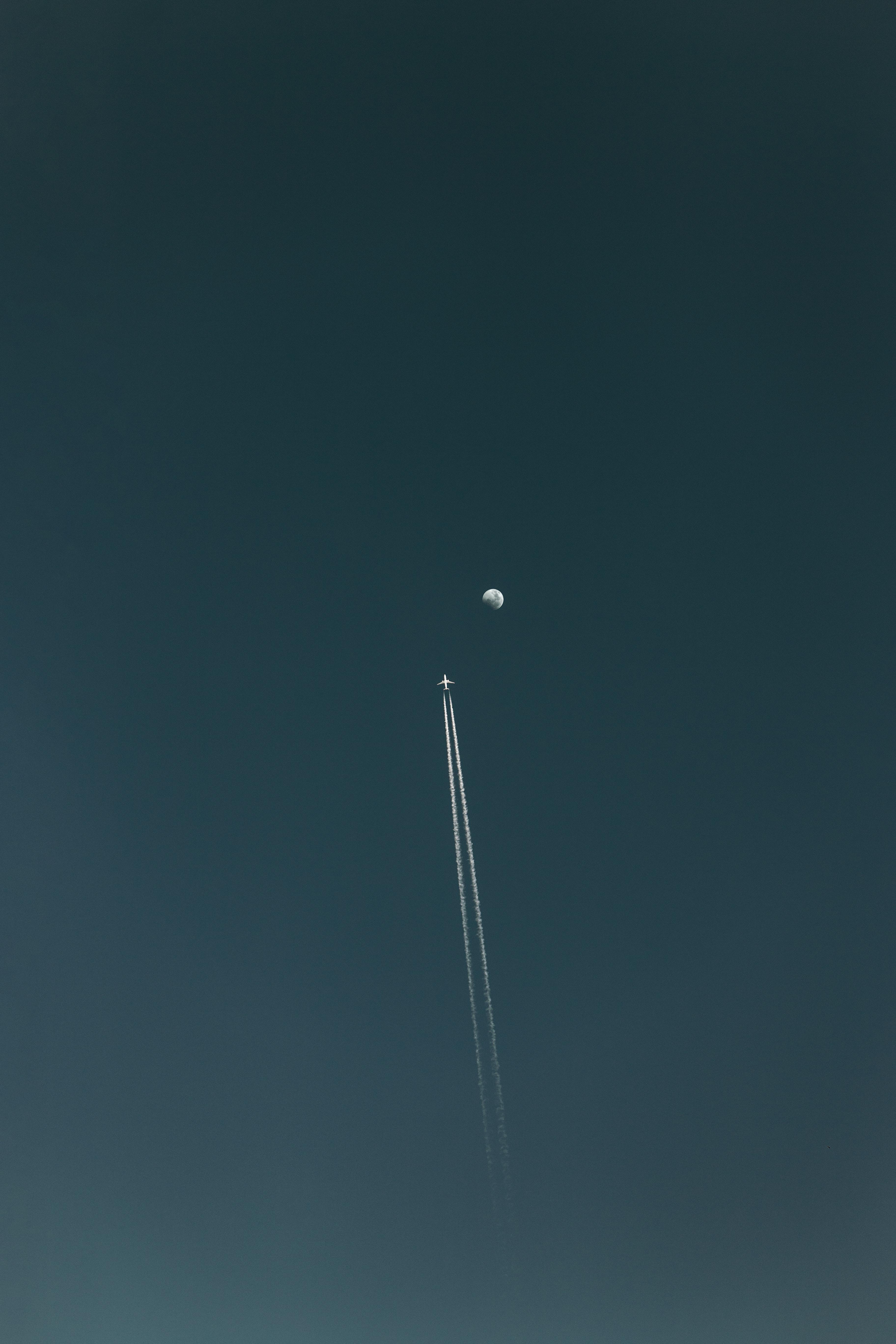 134098 descargar fondo de pantalla Minimalismo, Avión, Luna, Cielo, Vuelo, Pista, Rastro: protectores de pantalla e imágenes gratis
