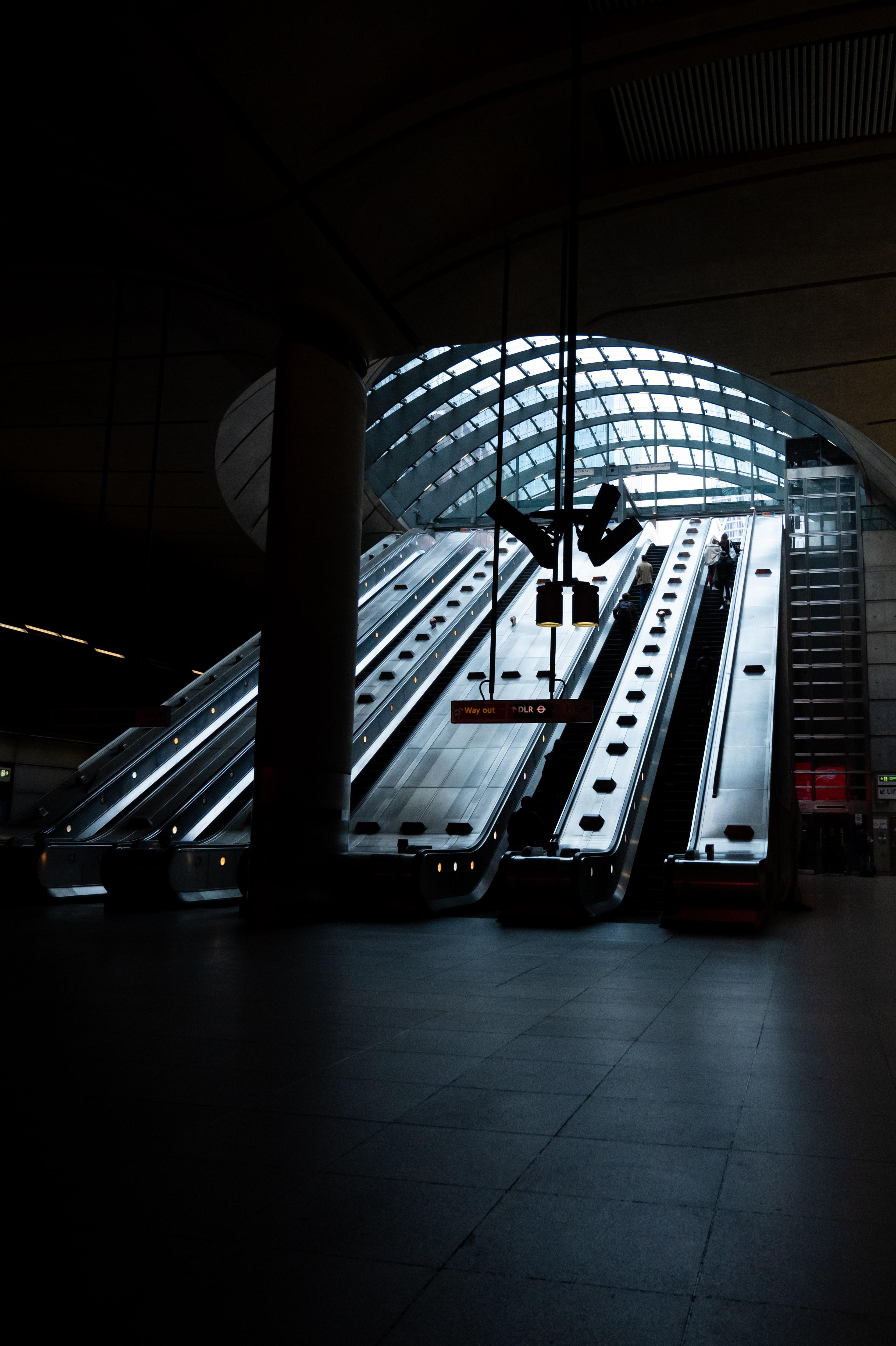96203 fondo de pantalla 1920x1080 en tu teléfono gratis, descarga imágenes Miscelánea, Misceláneo, Subterraneo, Metro, Escaleras Mecánicas, Escalada, Levantar, Oscuridad 1920x1080 en tu móvil