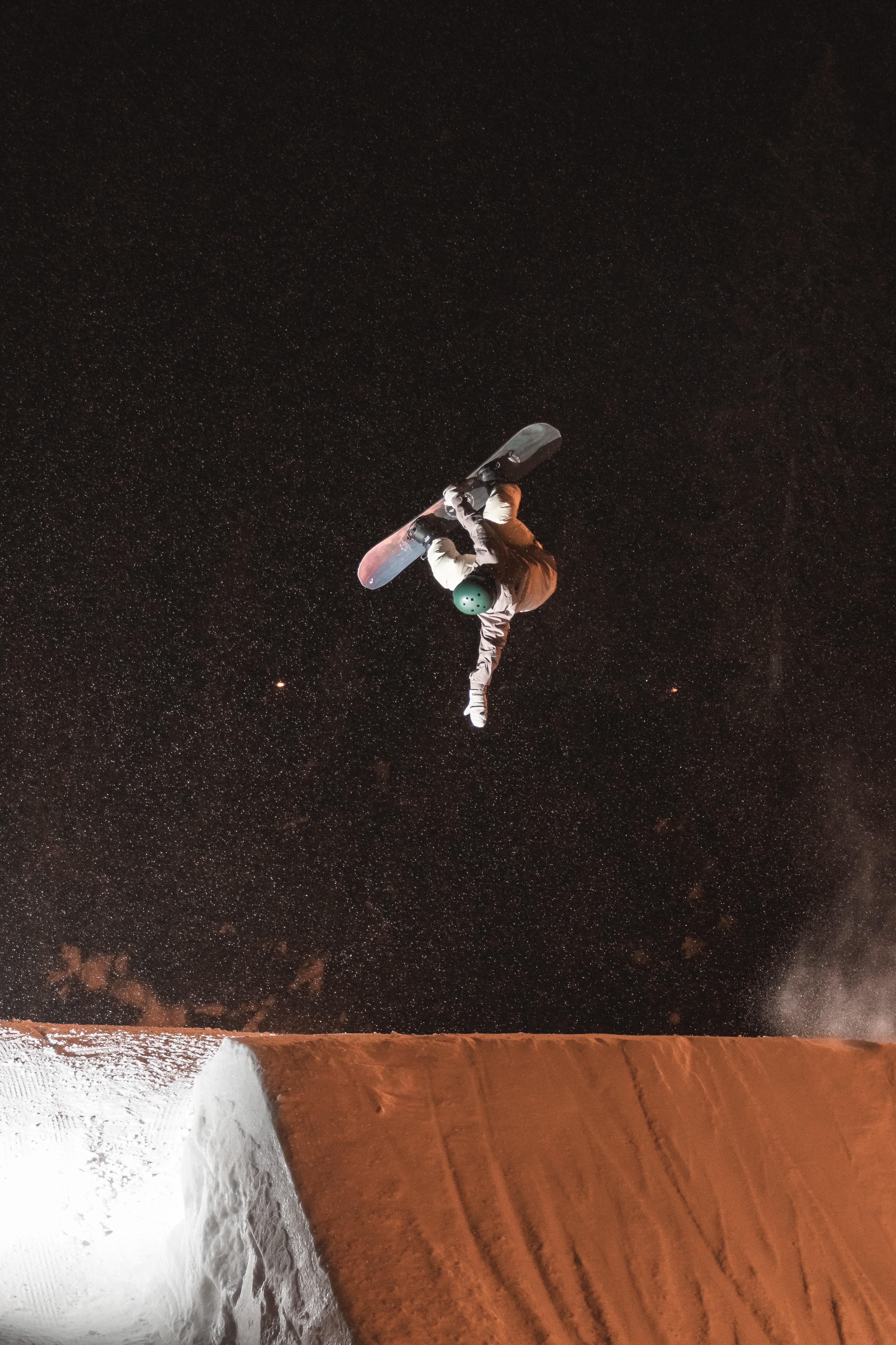 113502 скачать обои Спорт, Сноубордист, Сноуборд, Шлем, Склон, Прыжок - заставки и картинки бесплатно