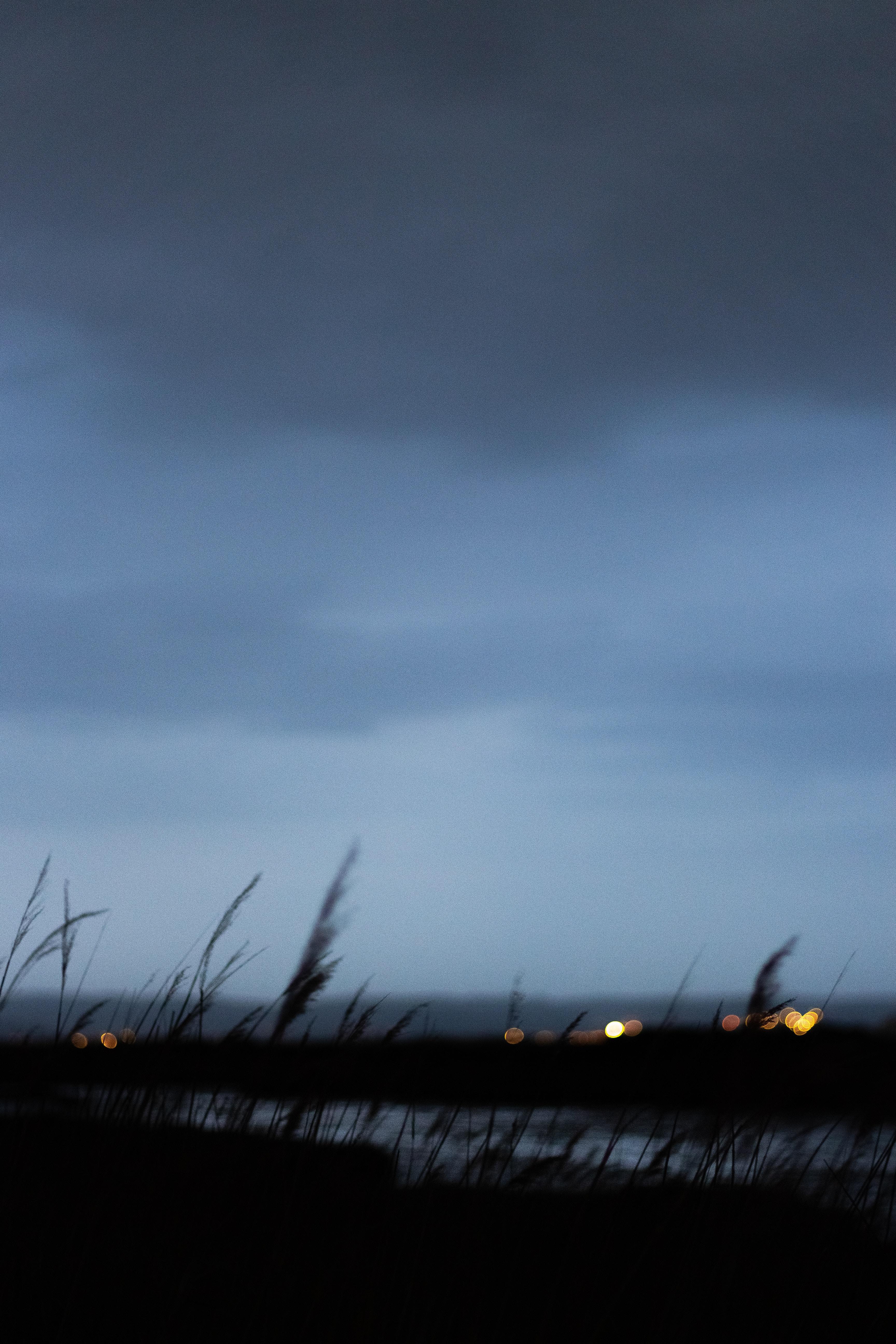 126485 завантажити шпалери Розмитість, Темні, Трава, Сутінки, Темний, Гладкою, Обриси, Контури, Боке, Бокет (Івате) - заставки і картинки безкоштовно