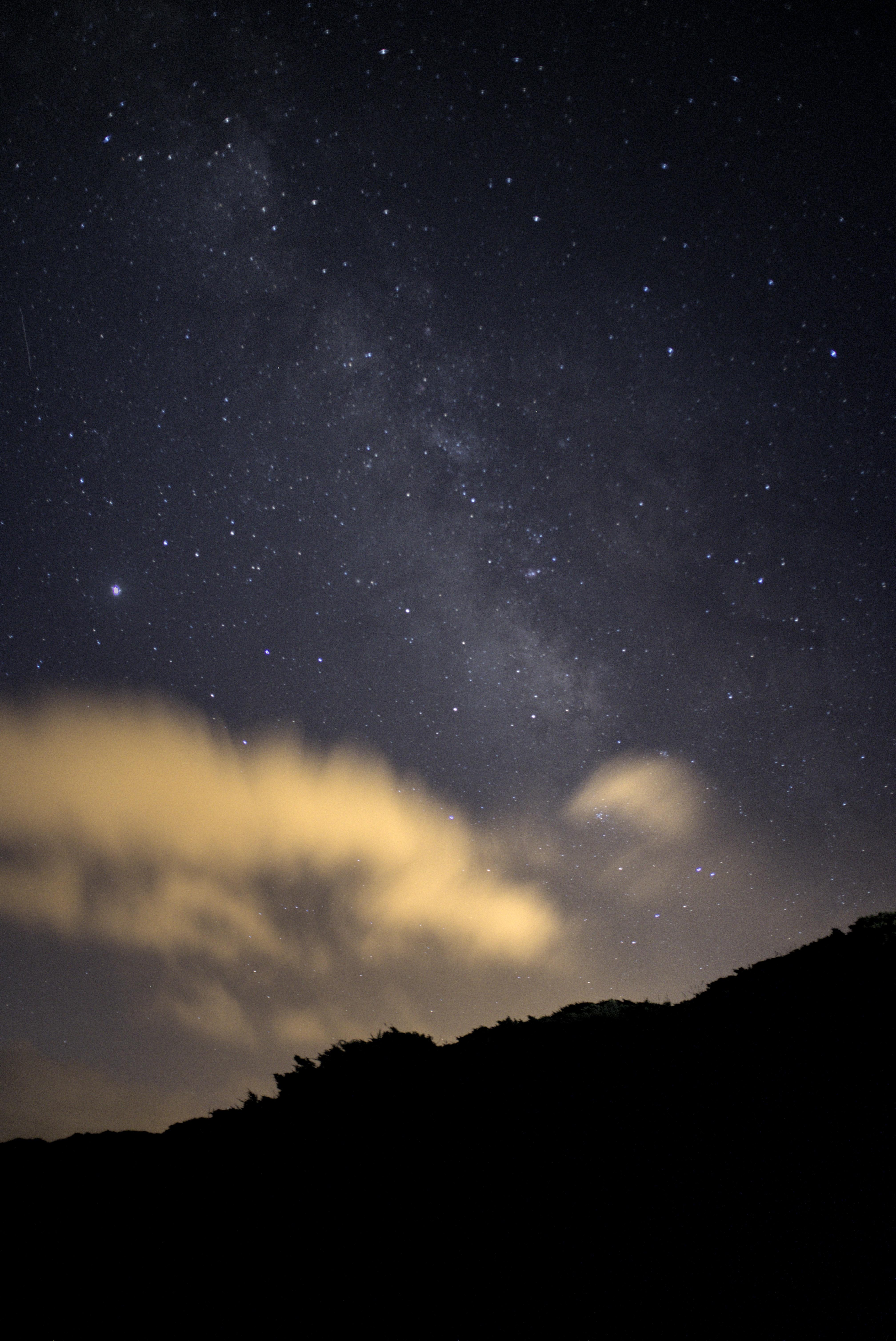 143316 скачать обои Темные, Холм, Звездное Небо, Облака, Ночь, Звезды - заставки и картинки бесплатно