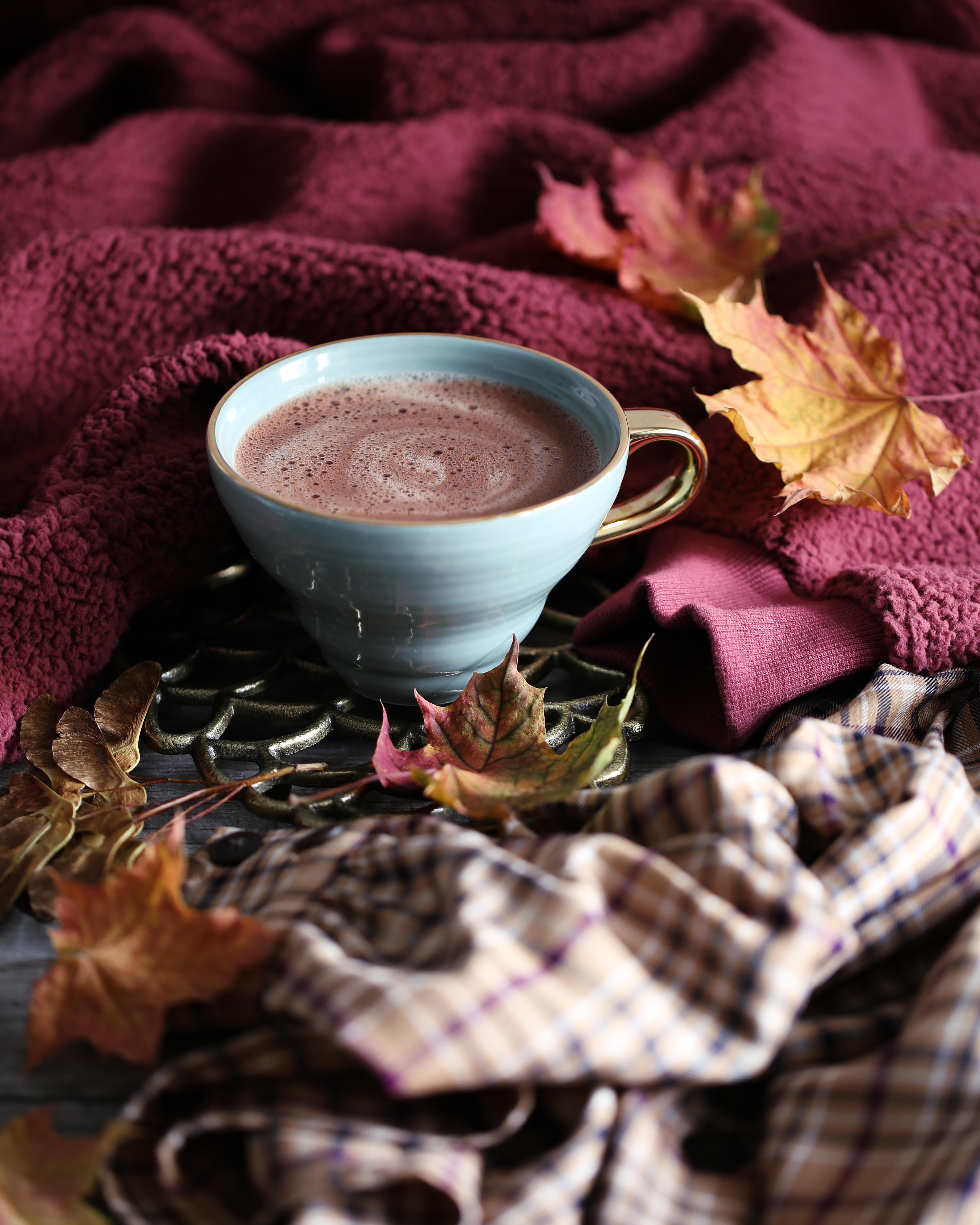 93757 скачать обои Кофе, Осень, Листья, Уют, Еда, Чашка, Пенка - заставки и картинки бесплатно