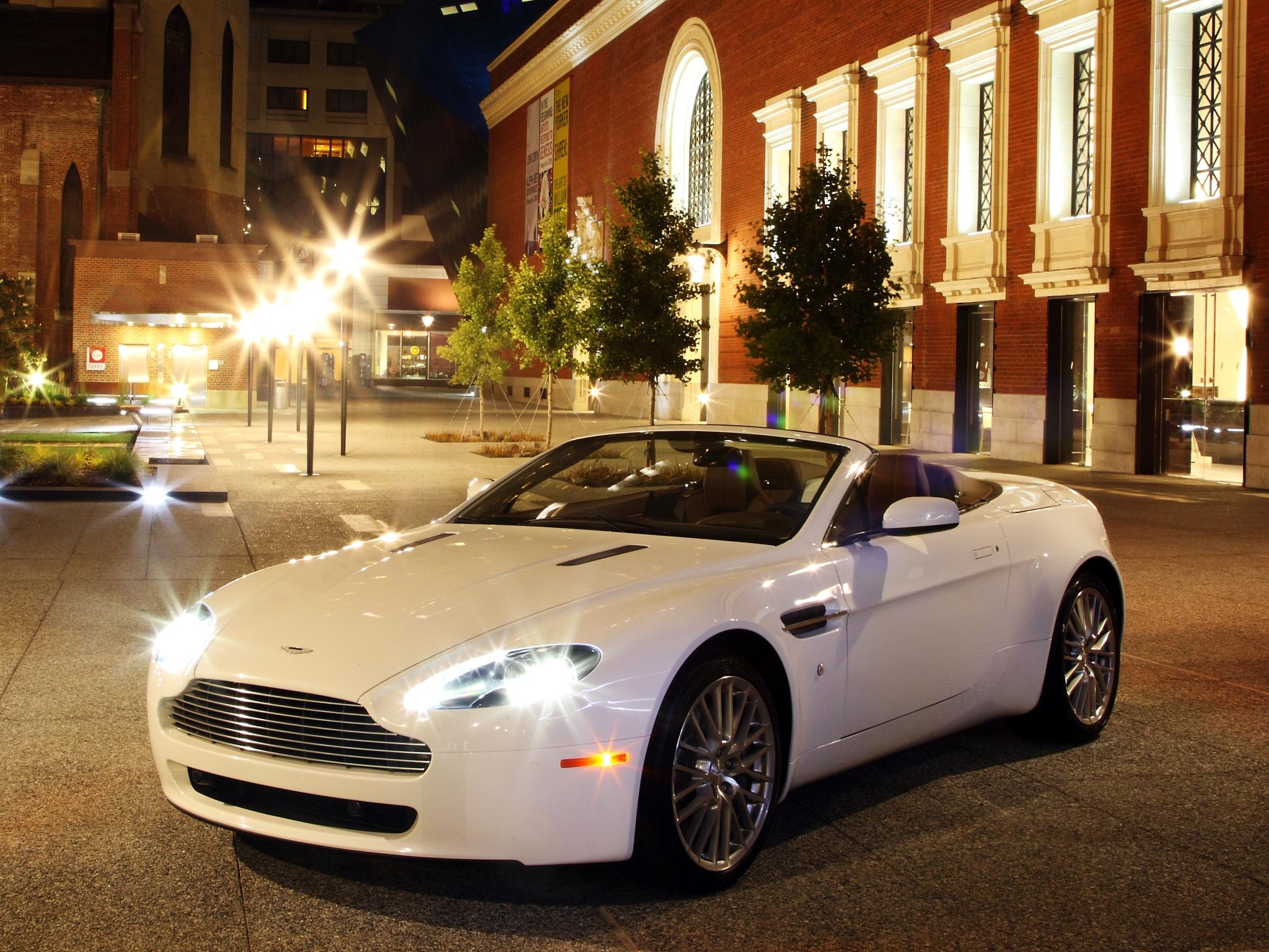 74872 скачать обои Астон Мартин (Aston Martin), Тачки (Cars), Город, Огни, Вид Спереди, Белый, Стиль, 2008, V8, Vantage - заставки и картинки бесплатно