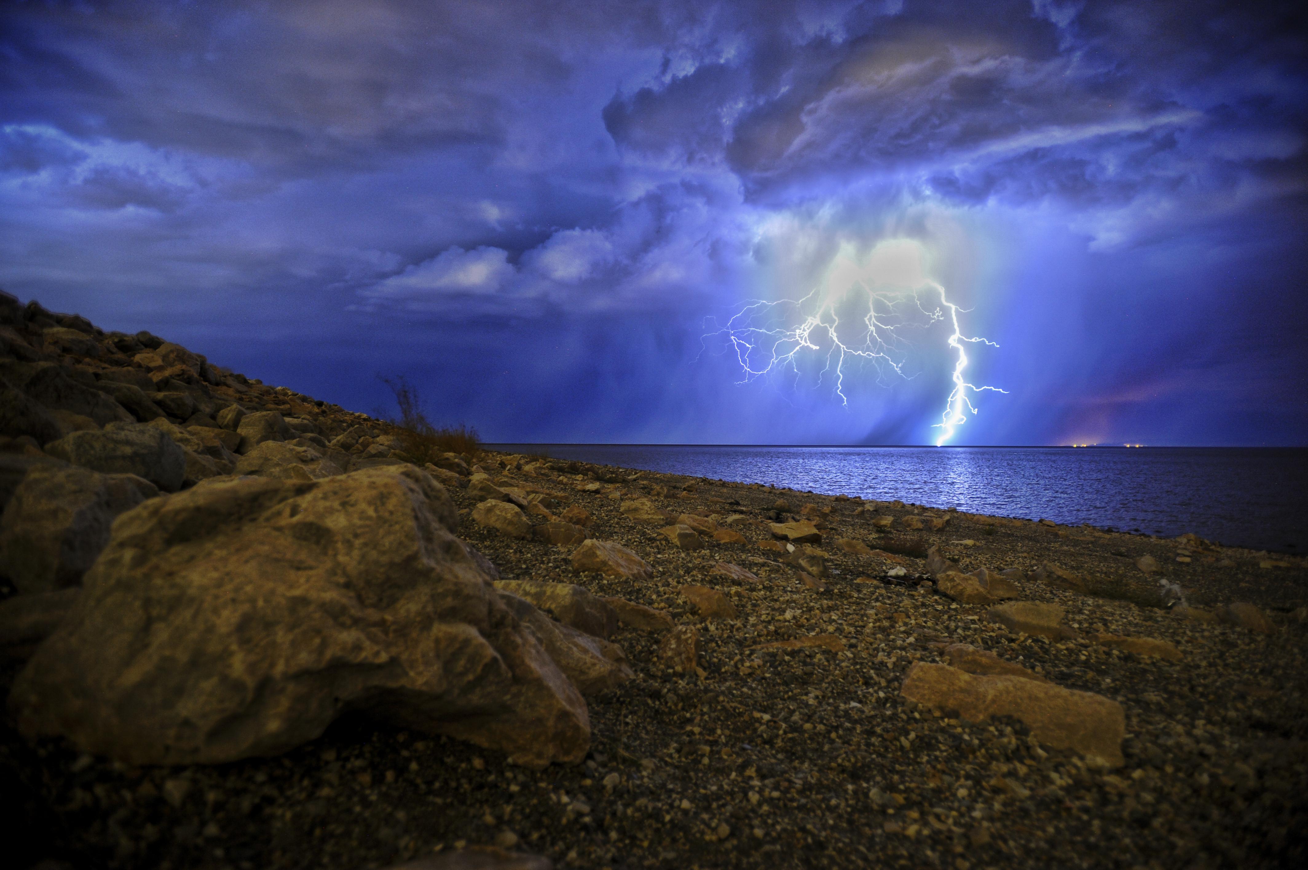 59011 скачать обои Природа, Ночь, Озеро, Берег, Пасмурно, Гроза, Шторм - заставки и картинки бесплатно
