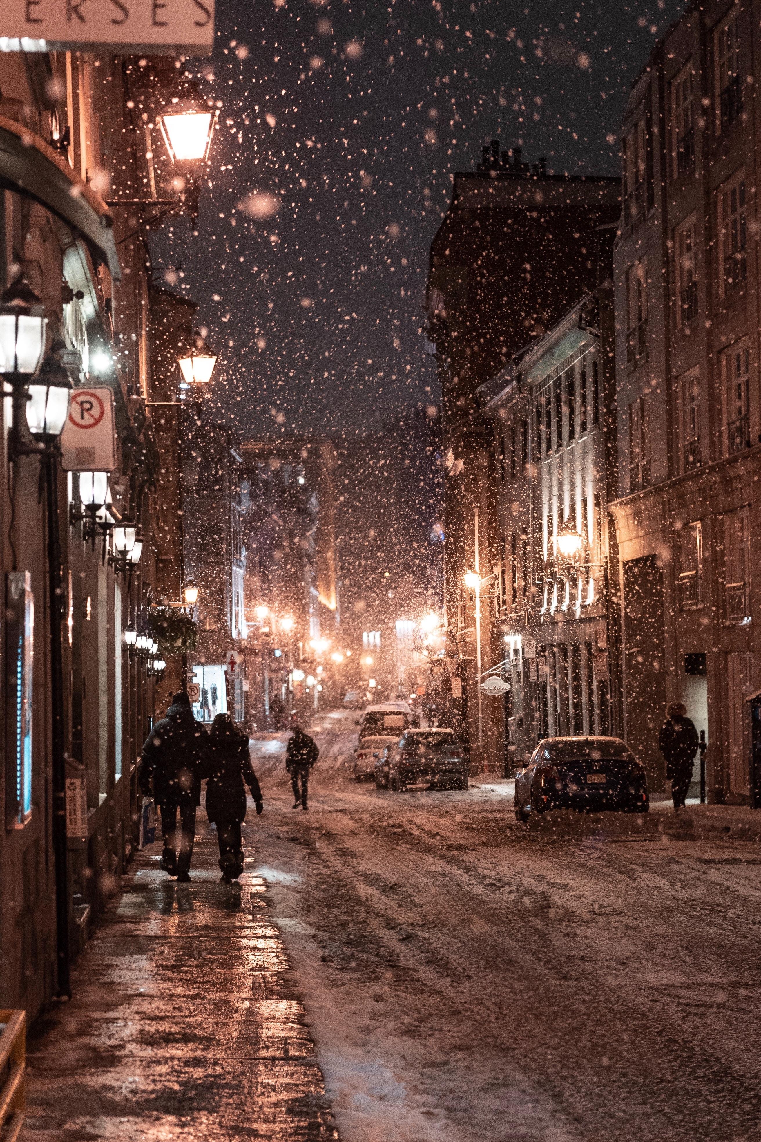 84576 скачать обои Зима, Люди, Снегопад, Город, Города, Ночь, Вечер, Улица - заставки и картинки бесплатно