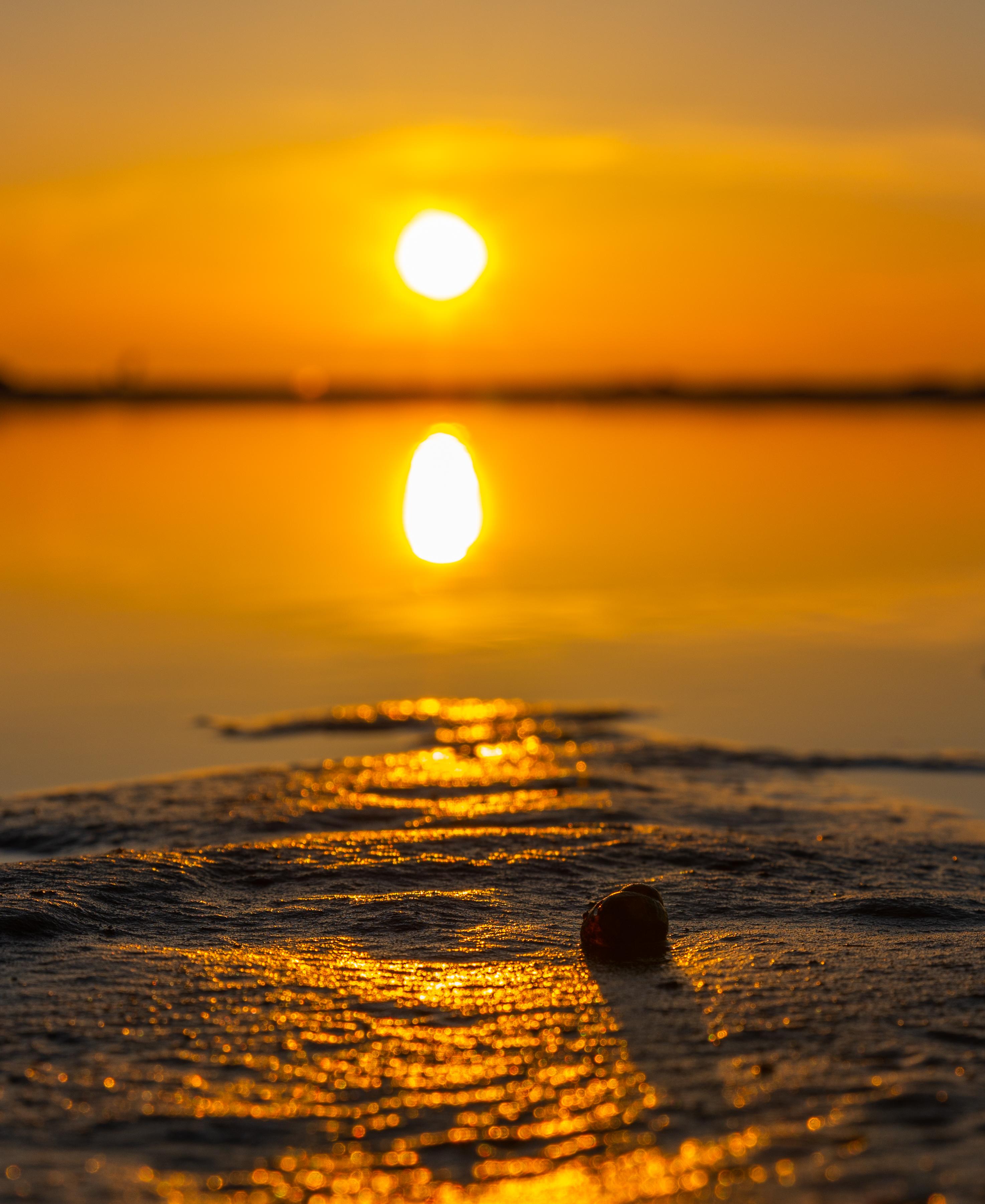 112821 Заставки и Обои Солнце на телефон. Скачать Солнце, Природа, Вода, Закат, Пляж, Песок, Отражение картинки бесплатно