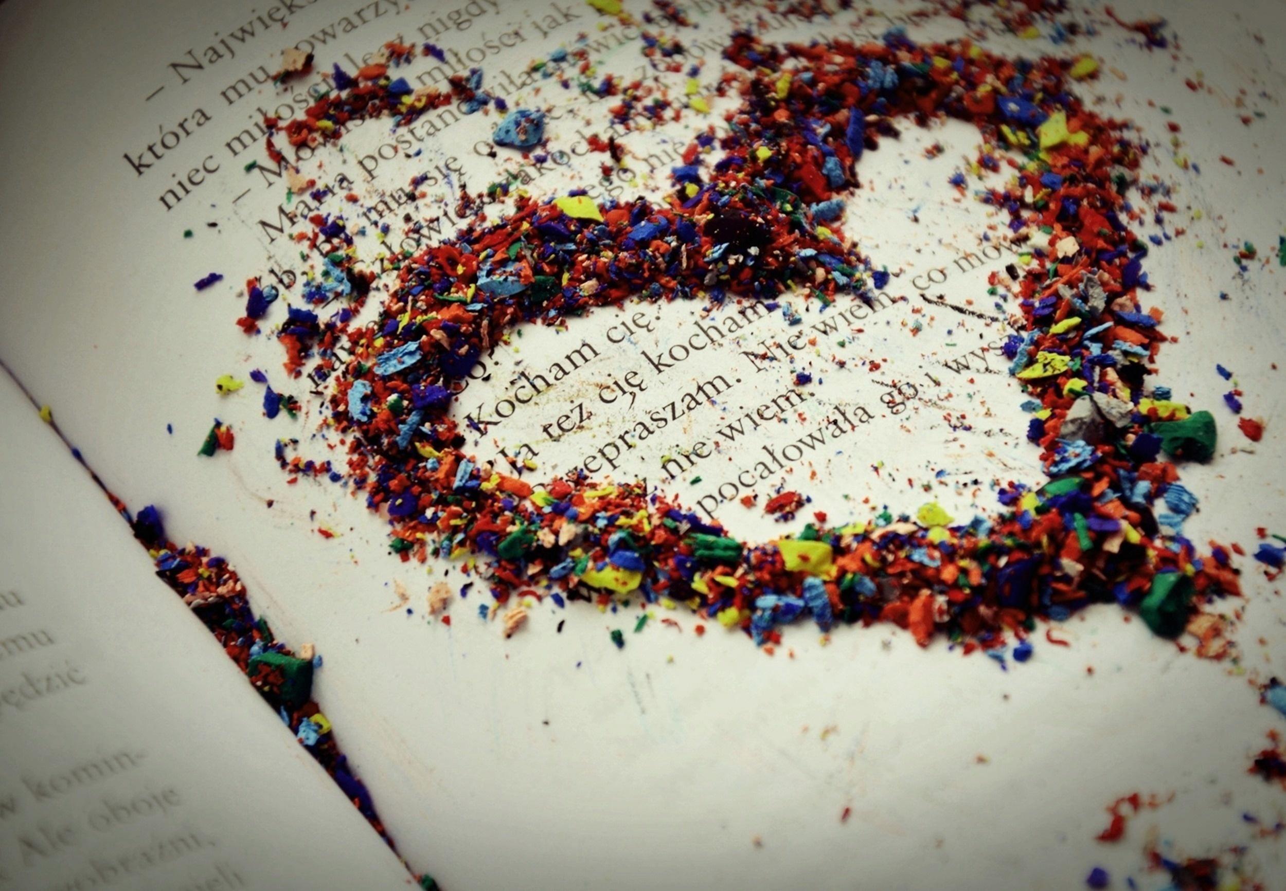 150704 Hintergrundbild herunterladen Herzen, Liebe, Mehrfarbig, Motley, Text, Chip, Ein Herz, Buch, Rasuren - Bildschirmschoner und Bilder kostenlos