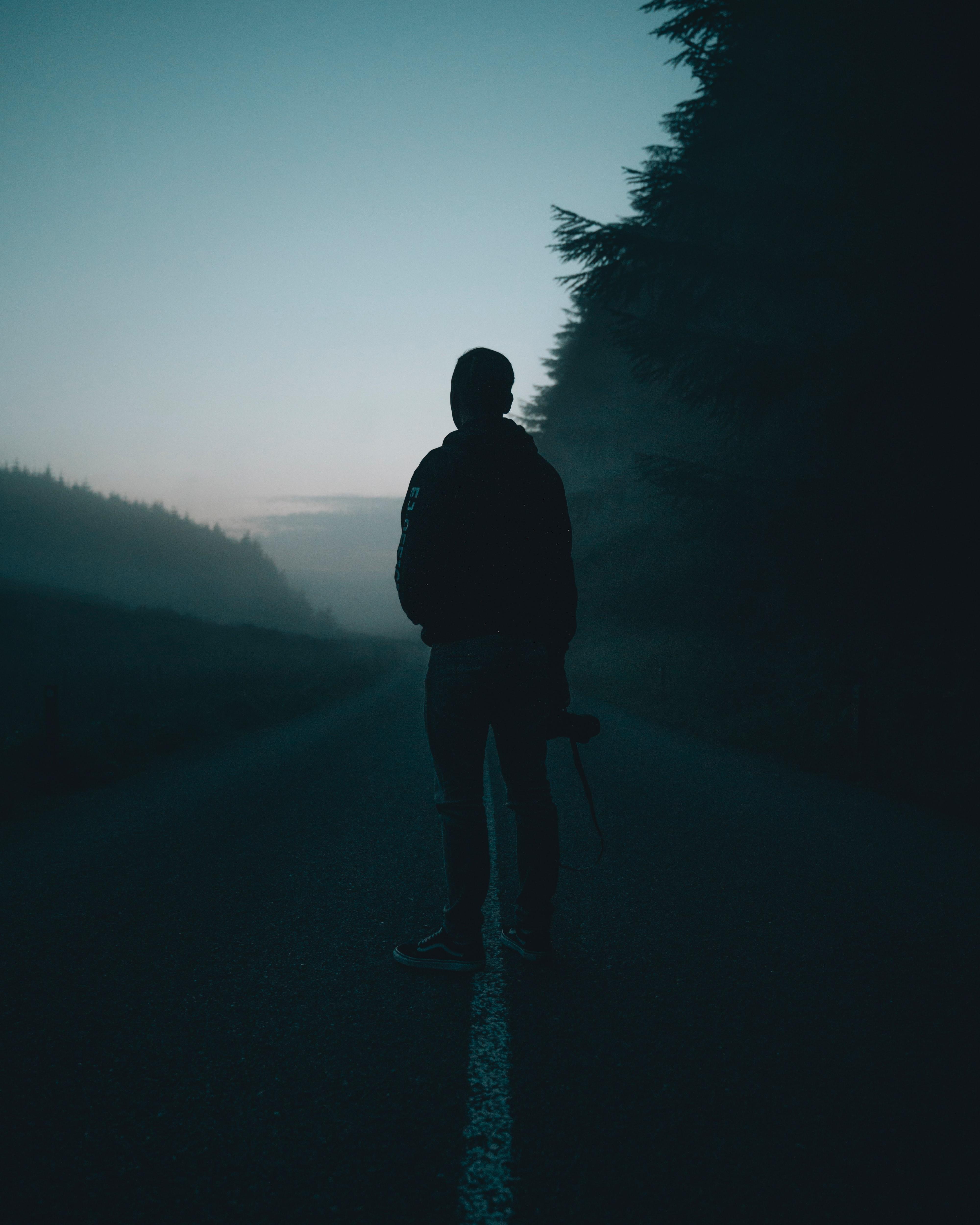 65683 скачать обои Темные, Человек, Одиночество, Дорога, Туман, Сумерки, Темный - заставки и картинки бесплатно