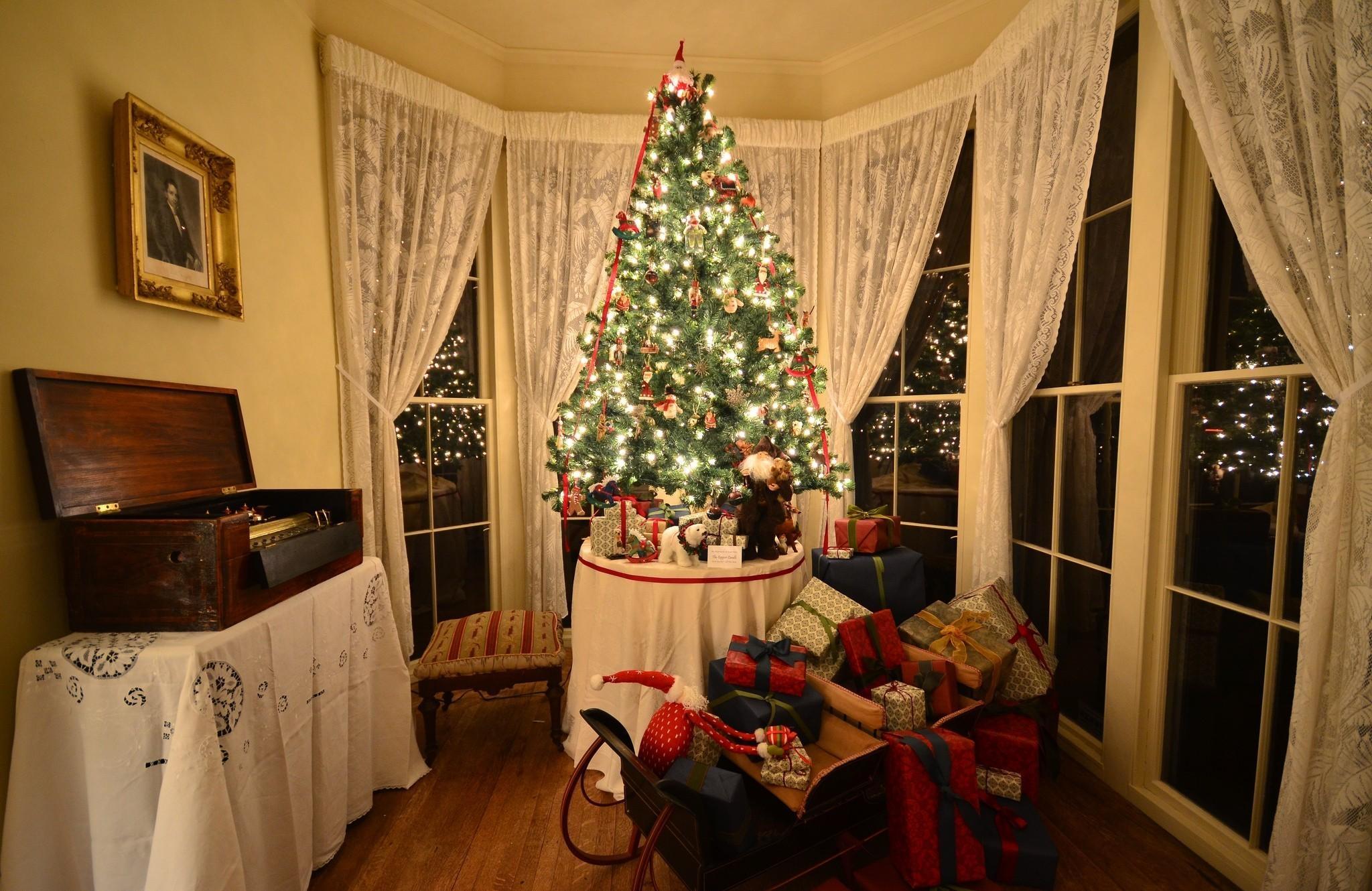 147045 descargar fondo de pantalla Vacaciones, Árbol De Navidad, Presenta, Regalos, Trineo, Habitación, Cuarto: protectores de pantalla e imágenes gratis
