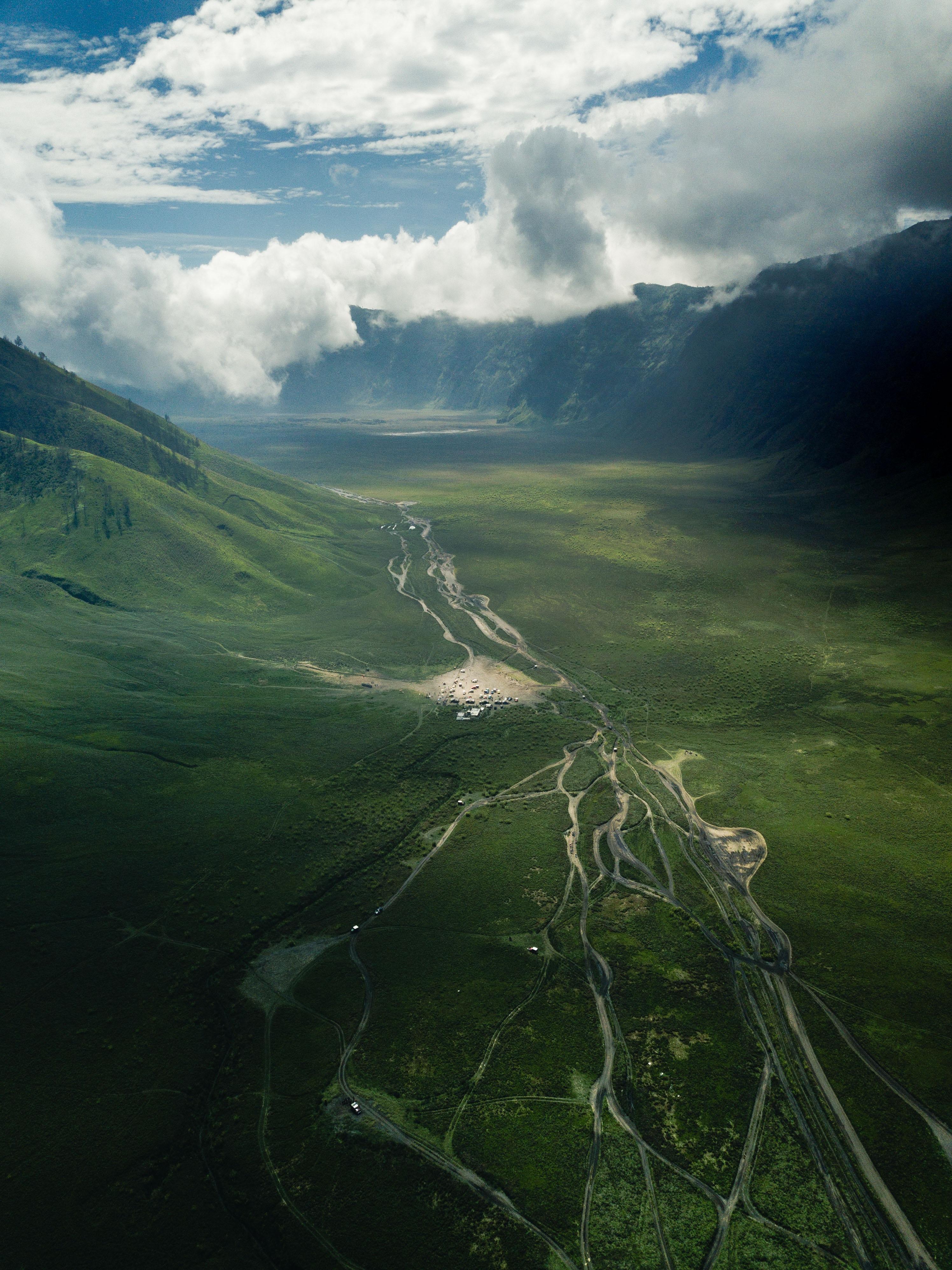 132931 Hintergrundbild herunterladen Landschaft, Natur, Roads, Clouds, Blick Von Oben, Die Hügel, Hügel, Senke, Tal - Bildschirmschoner und Bilder kostenlos