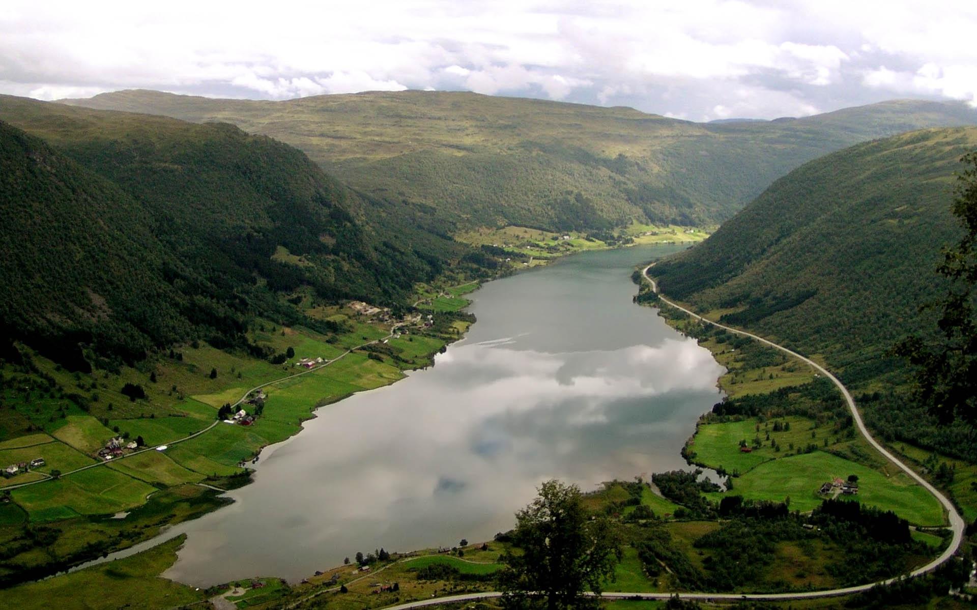 135122 скачать обои Природа, Дома, Дороги, Горы, Озеро, Зеленый, Долина - заставки и картинки бесплатно