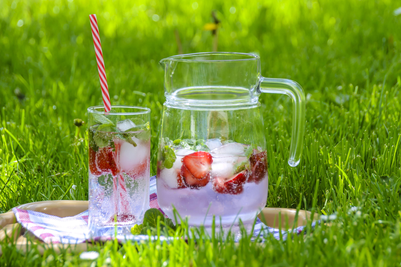 133013 Hintergrundbild herunterladen Lebensmittel, Getränke, Glas, Trinken, Karaffe, Erdbeergetränk, Früchtetee, Obsttee - Bildschirmschoner und Bilder kostenlos
