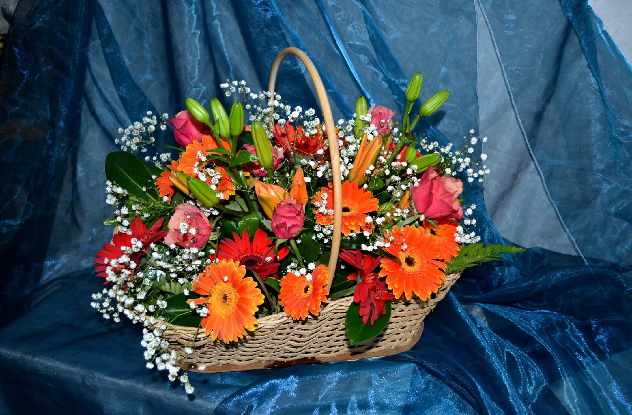 104799 скачать обои Цветы, Лилии, Гипсофил, Корзина, Композиция, Ткань, Розы, Герберы - заставки и картинки бесплатно