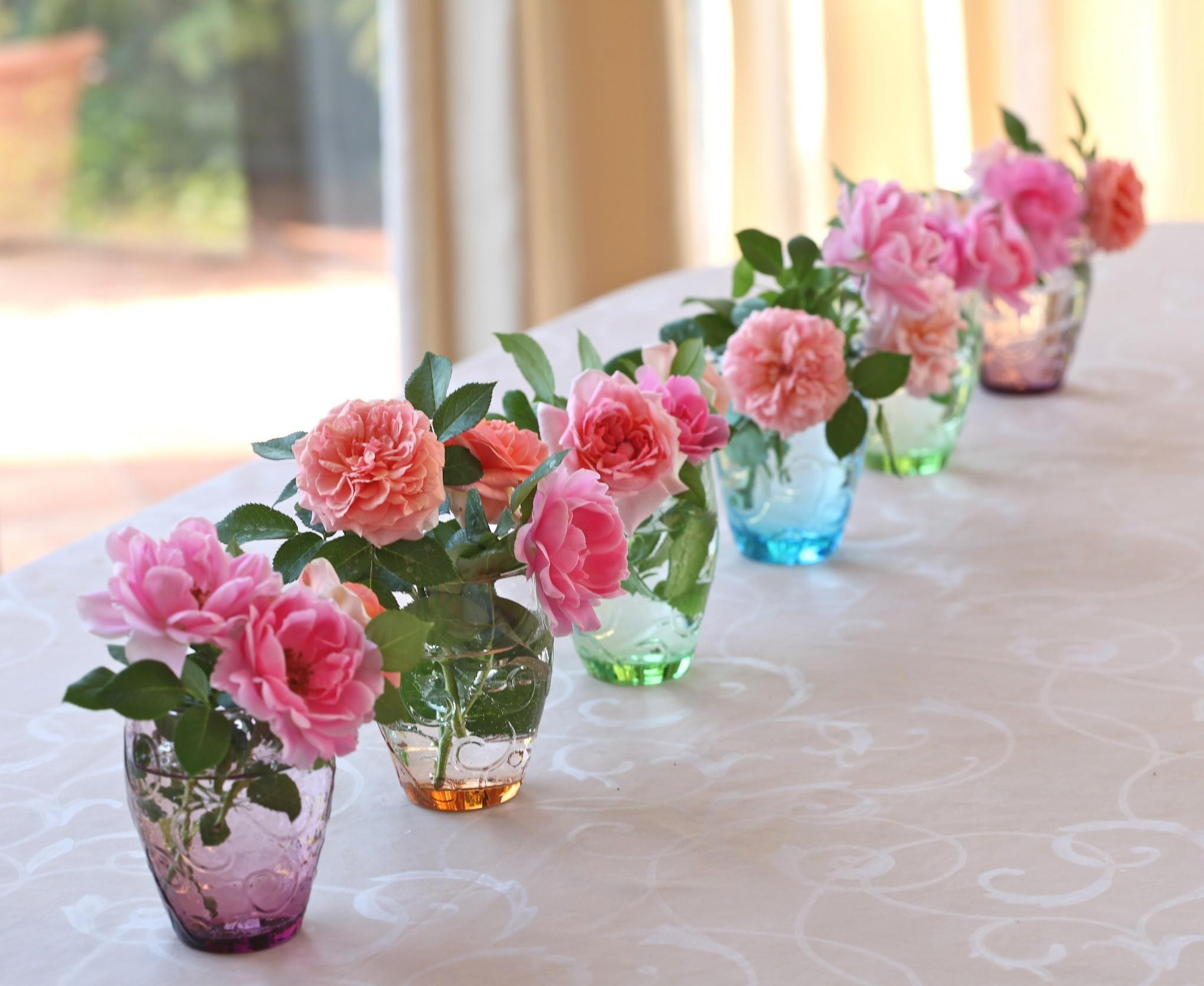 131449 download wallpaper Flowers, Vases, Row, Roses screensavers and pictures for free