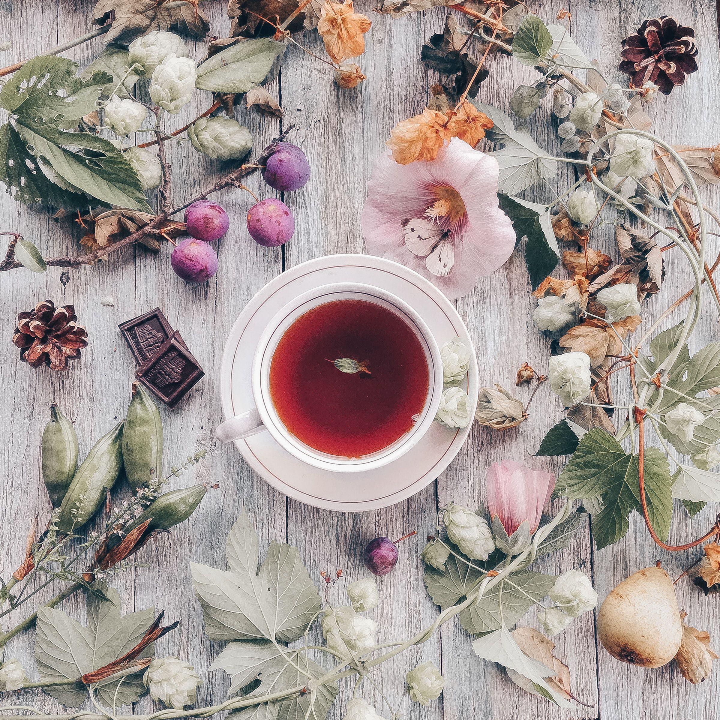 98410 скачать обои Еда, Чай, Чашка, Шоколад, Деревянный, Цветы - заставки и картинки бесплатно