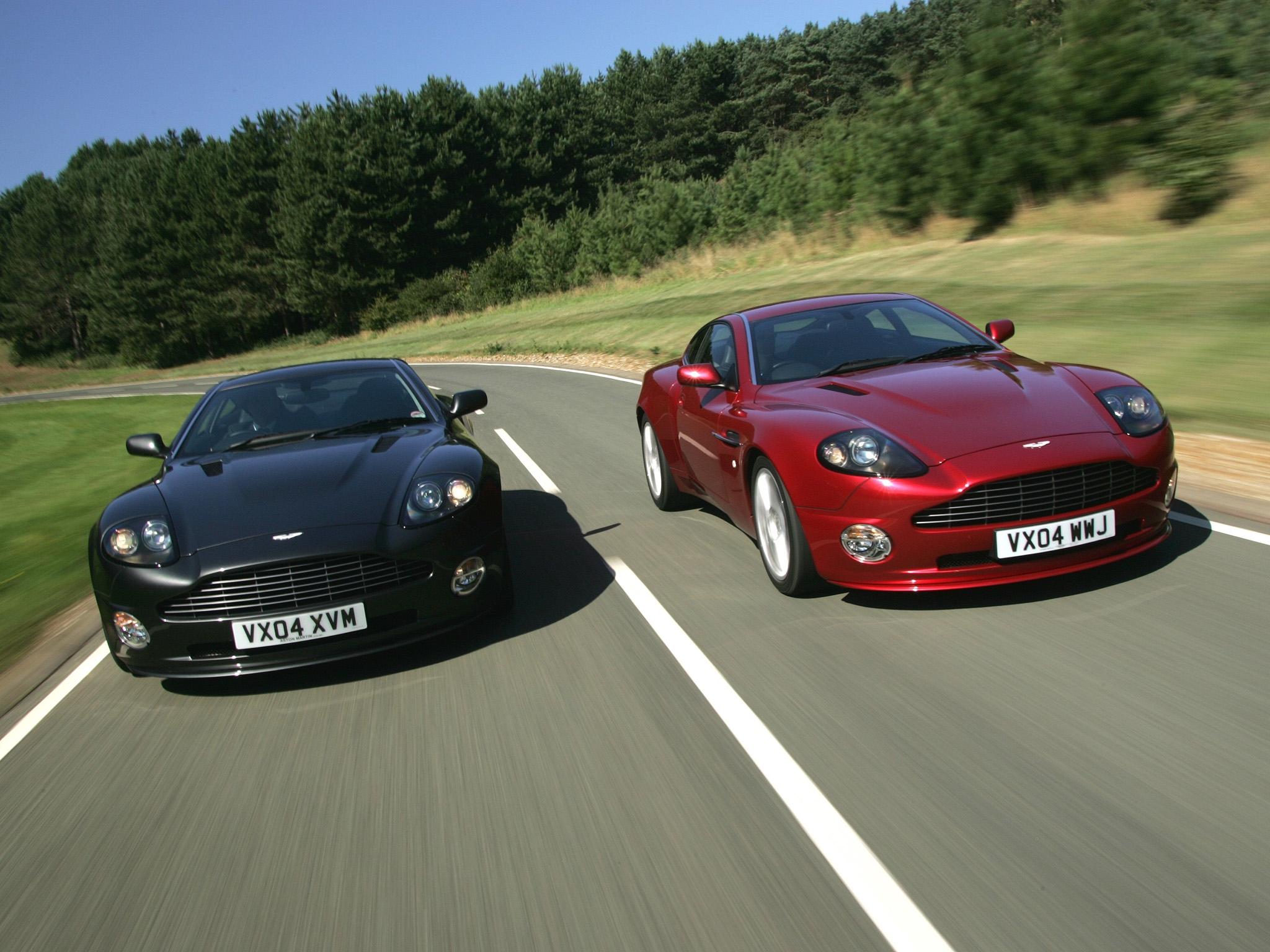 108278 скачать обои Машины, Астон Мартин (Aston Martin), Тачки (Cars), Красный, Черный, Вид Спереди, Скорость, 2004, V12, Vanquish - заставки и картинки бесплатно