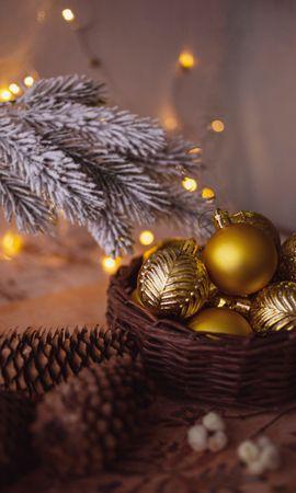 108941 скачать обои Праздники, Шары, Украшения, Шишки, Ветка, Гирлянда, Новый Год, Рождество - заставки и картинки бесплатно