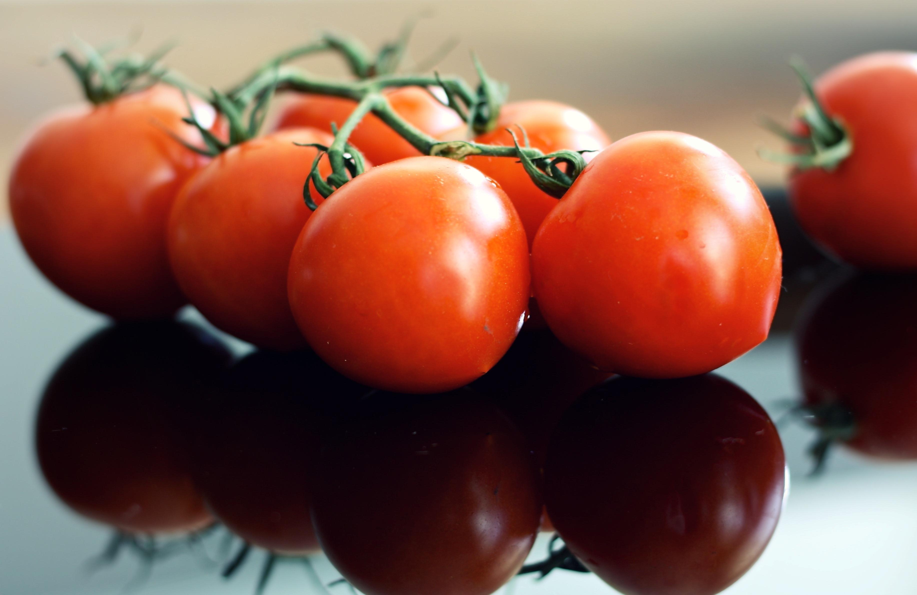 136406 Заставки и Обои Овощи на телефон. Скачать Еда, Овощи, Отражение, Спелый, Томаты картинки бесплатно