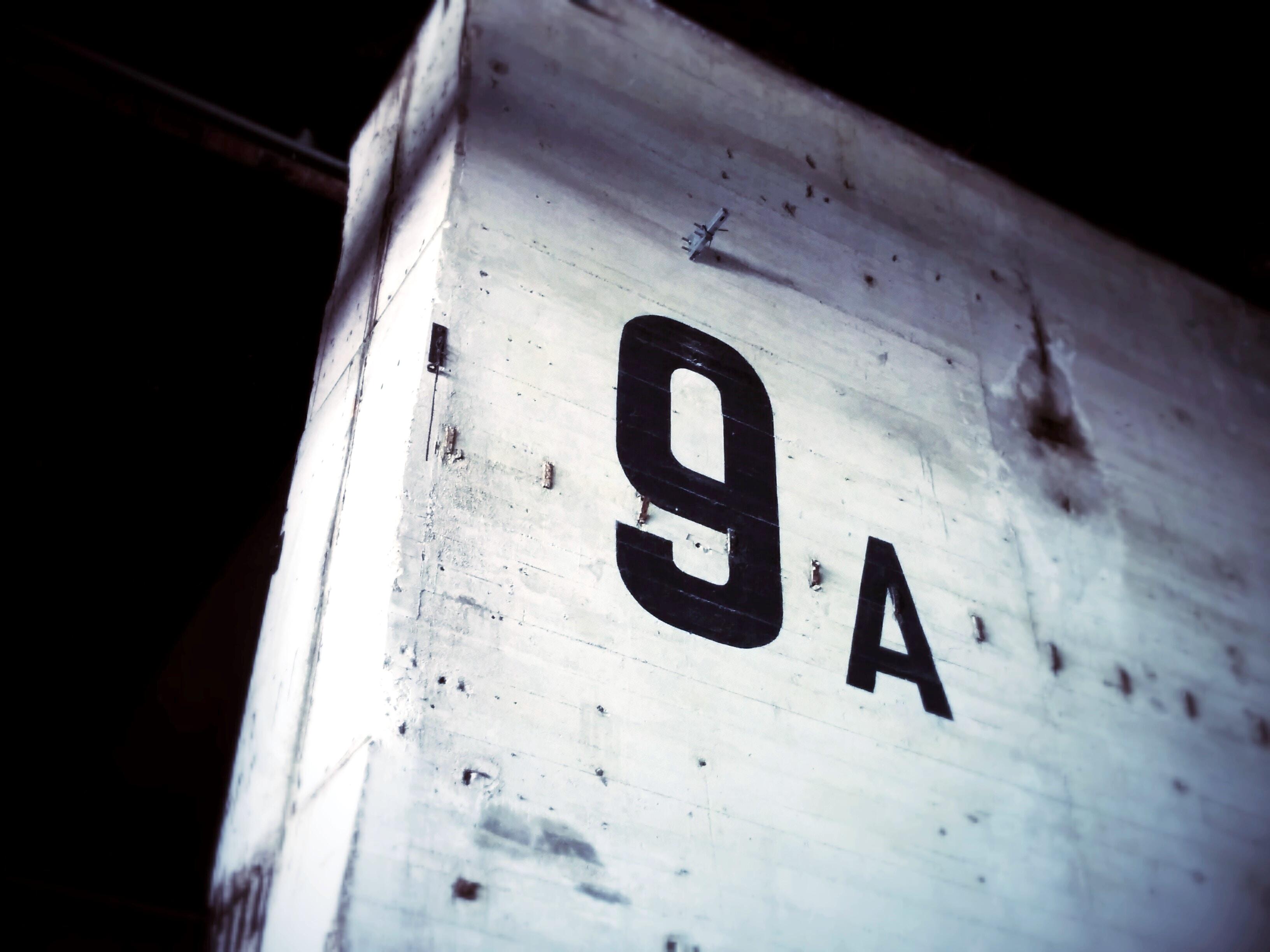 53673 Hintergrundbild herunterladen Symbole, Zeichen, Die Wörter, Wörter, Wand, Inschrift, Zimmer, Anzahl - Bildschirmschoner und Bilder kostenlos