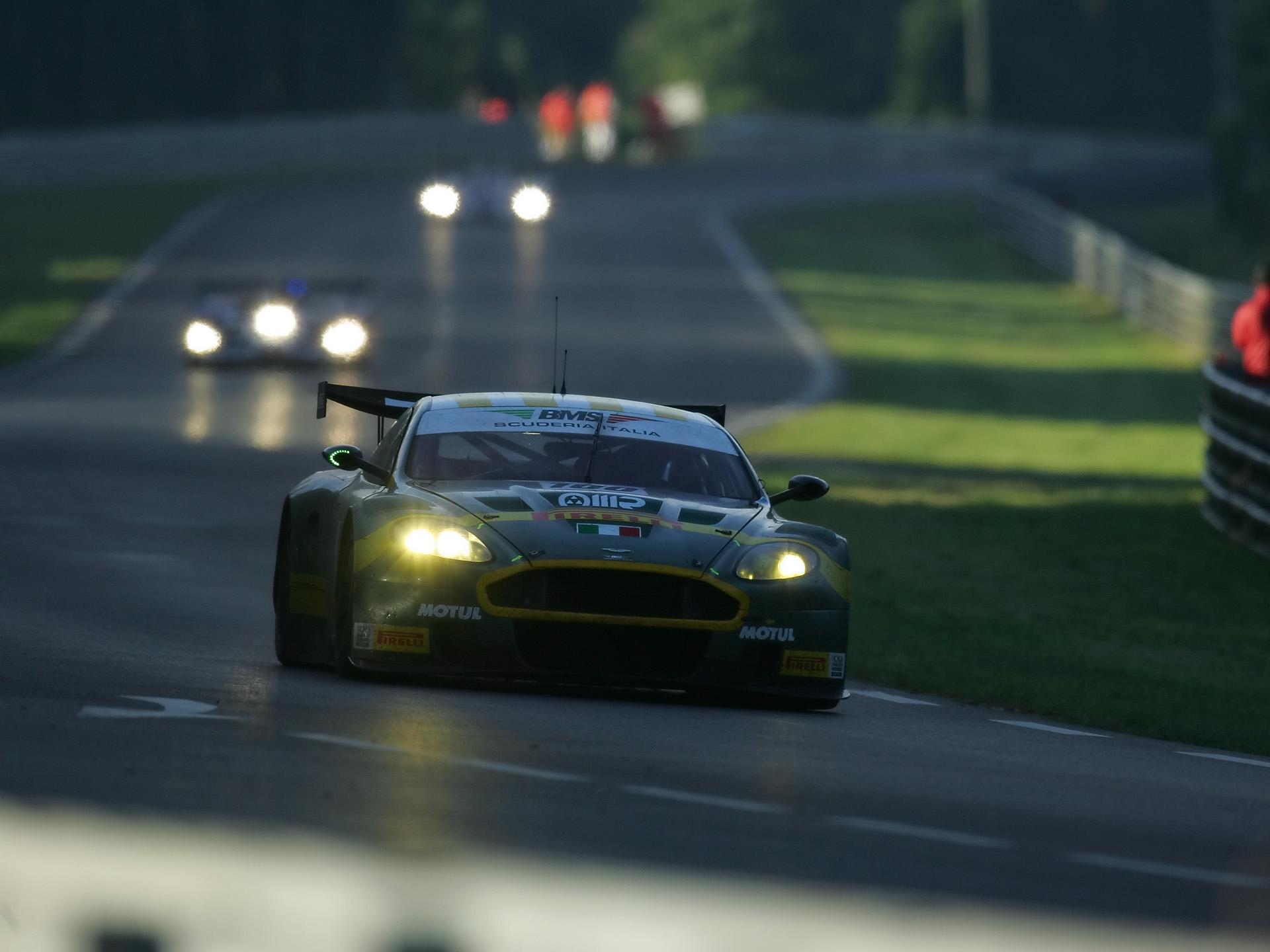 82704 скачать обои Спорт, Машины, Астон Мартин (Aston Martin), Тачки (Cars), Вид Спереди, Зеленый, Стиль, 2005, Трасса, Гонка, Dbr9 - заставки и картинки бесплатно