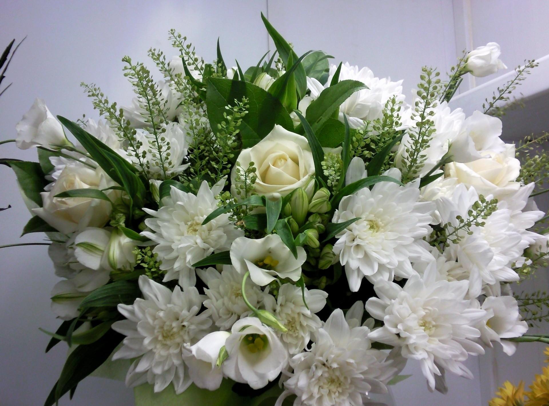 124467 скачать обои Хризантемы, Белоснежные, Цветы, Розы, Букет - заставки и картинки бесплатно