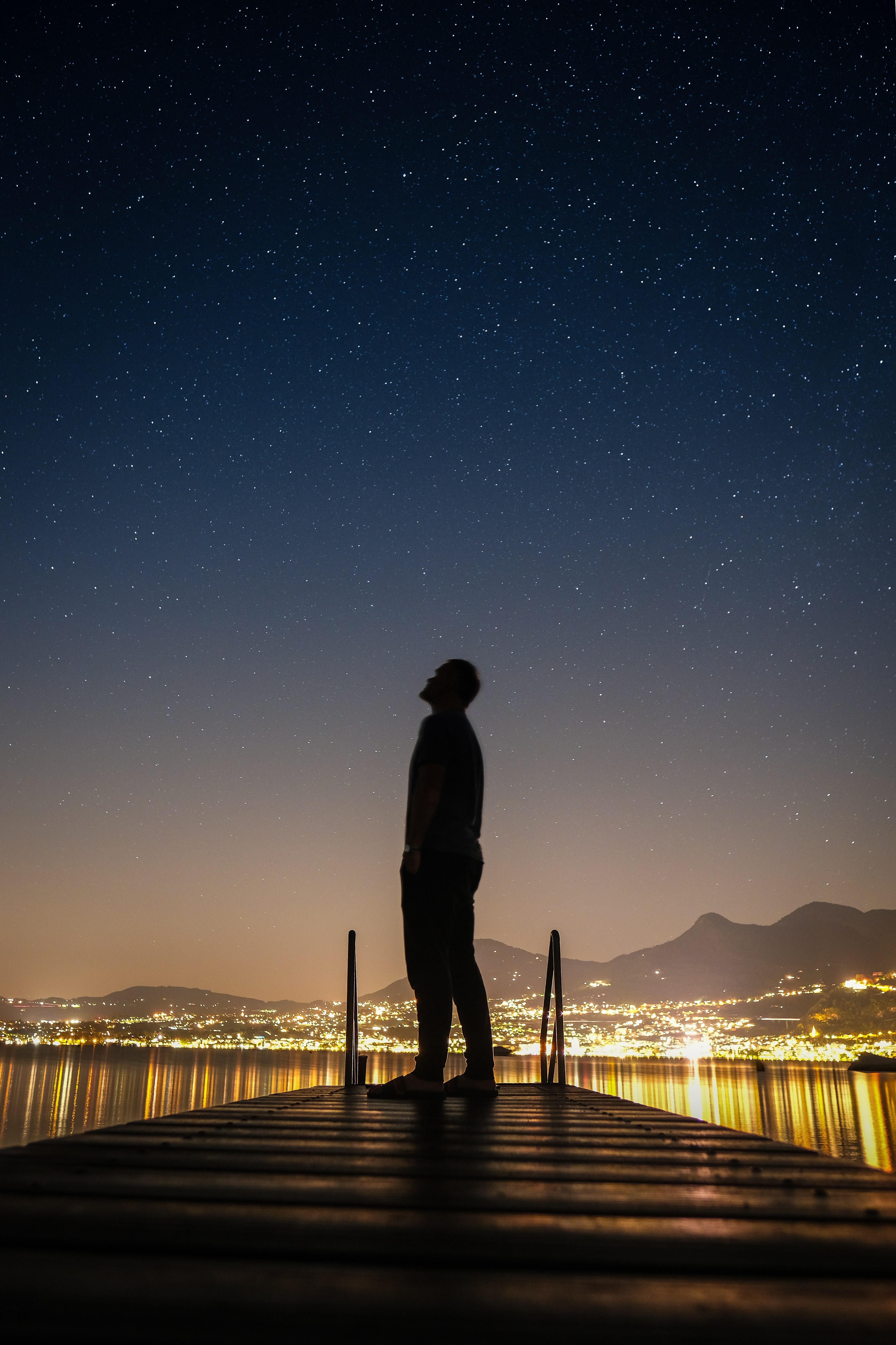 155959 скачать обои Разное, Силуэт, Человек, Ночной Город, Звездное Небо, Звезды - заставки и картинки бесплатно