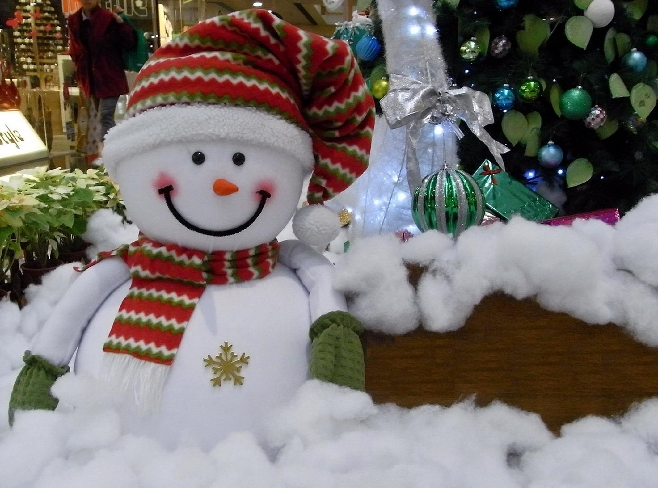 143819 Hintergrundbild 240x320 kostenlos auf deinem Handy, lade Bilder Weihnachten, Feiertage, Neujahr, Schneemann, Neues Jahr, Urlaub, Lächeln, Weihnachtsbaum, Die Geschenke, Geschenke, Baumwolle, Watte 240x320 auf dein Handy herunter
