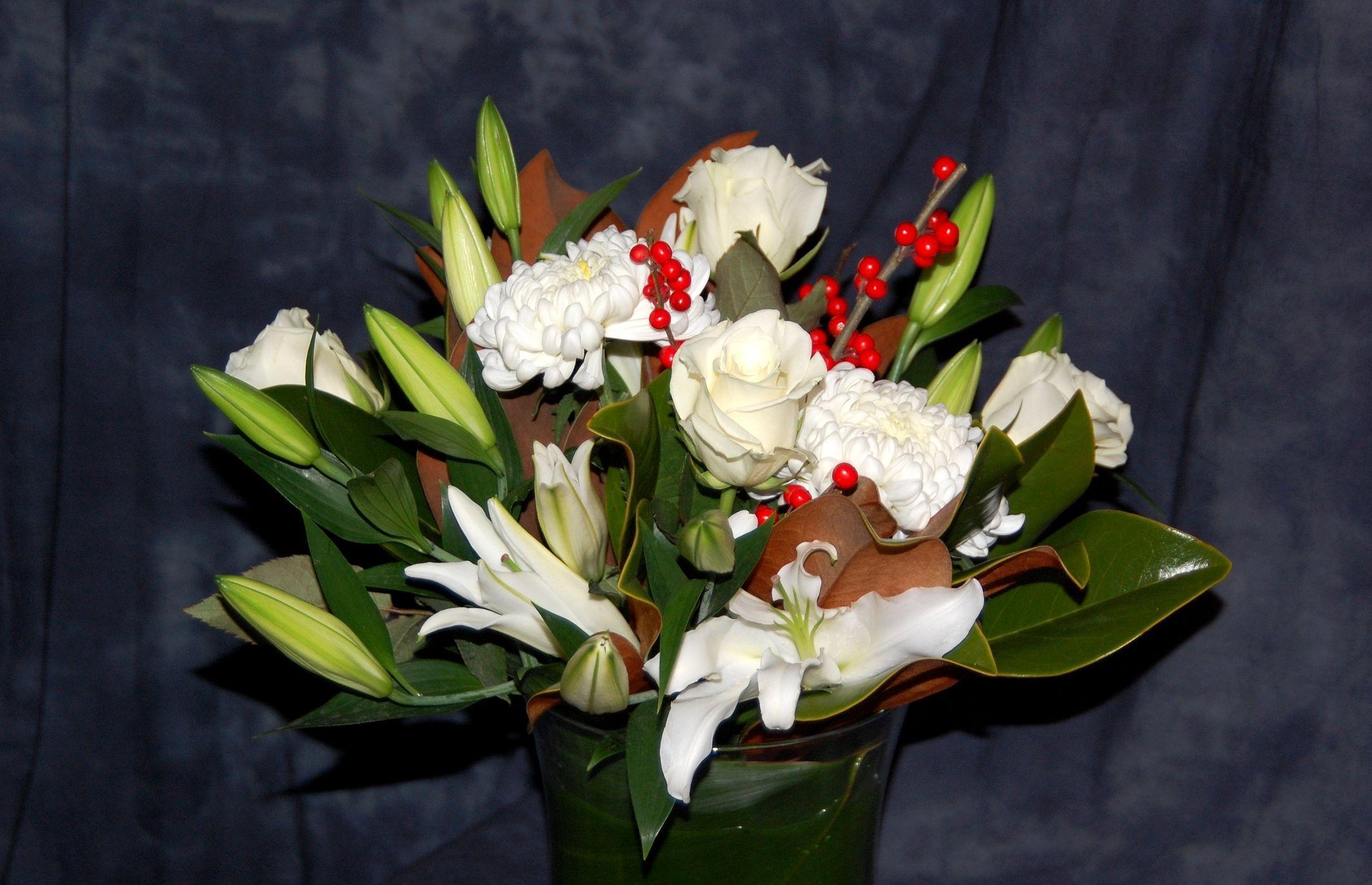 150465 скачать обои Цветы, Лилии, Букет, Хризантемы, Розы, Ягоды - заставки и картинки бесплатно